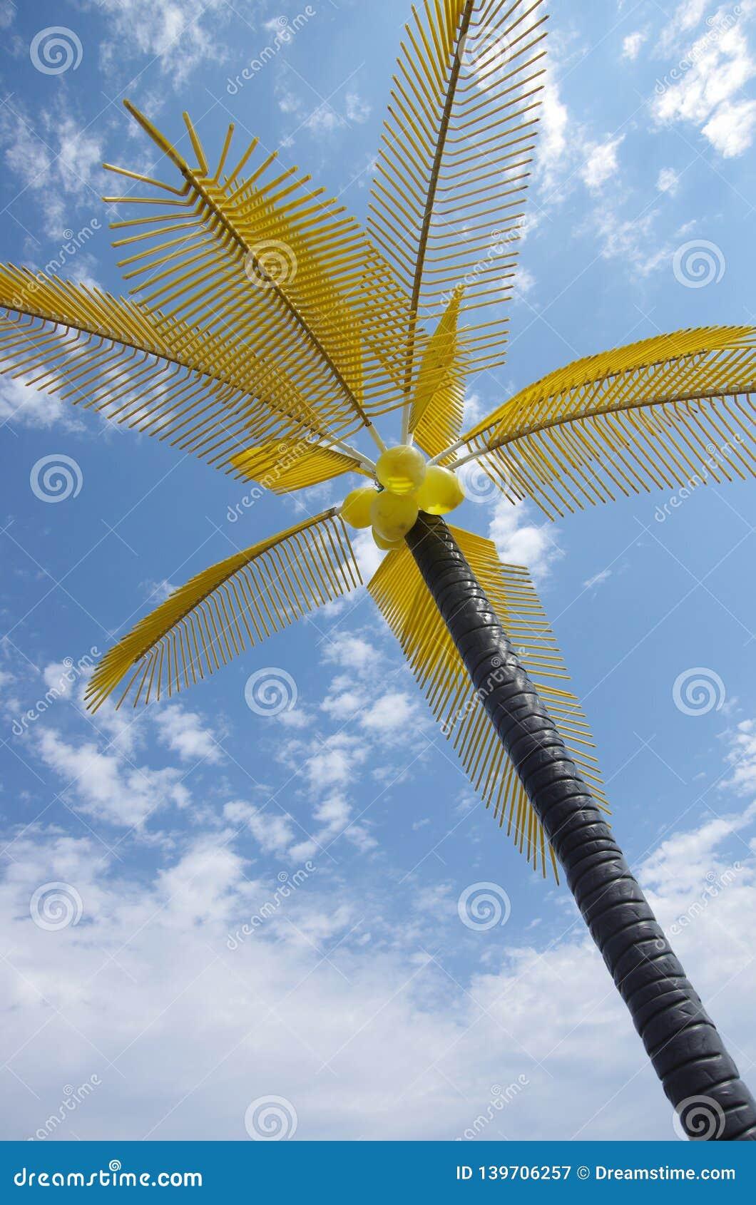 Plastic palm met gele bladeren en kokosnoten in het waterpark