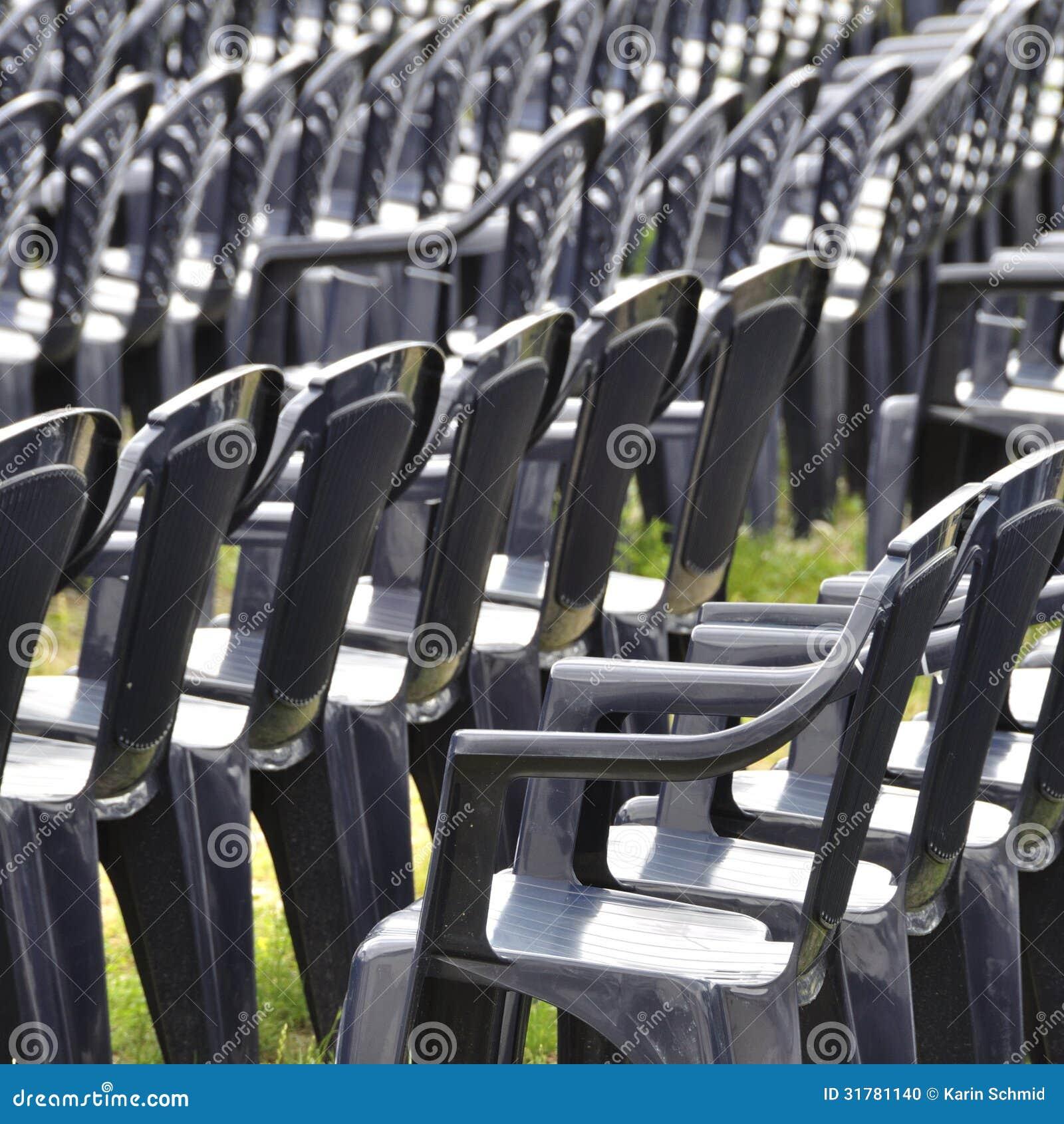 Plastic stoelen stock foto afbeelding 31781140 - Verkoop synthetisch gras ...