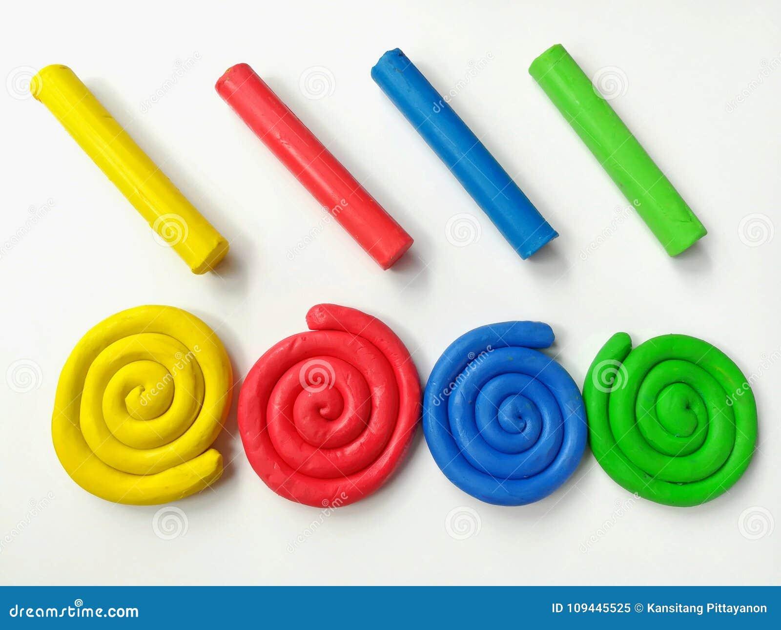 Plasticine espiral colorido, pasta multicolora de la arcilla de los palillos, fondo blanco