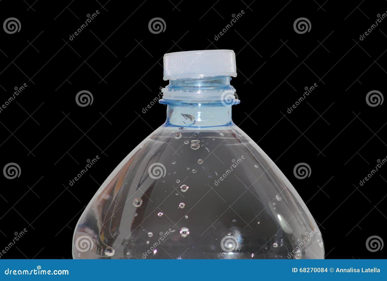 Plastikflasche voll Wasser stockfoto. Bild von