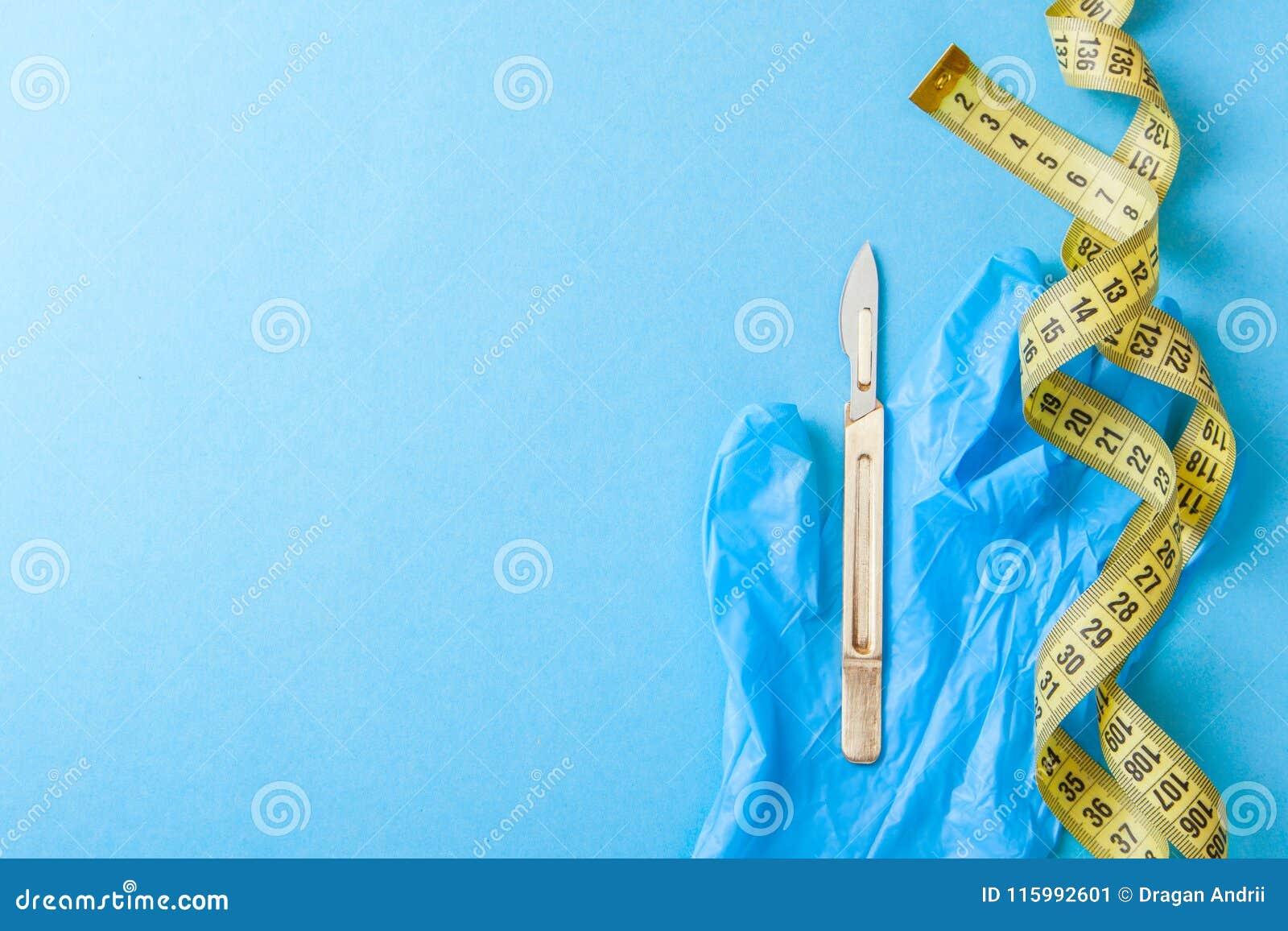 Plastikkirurgi av kroppen och framsidan Kirurgi för viktförlust, liposuctionen, hud som drar åt, tar bort fett Skalpell och band