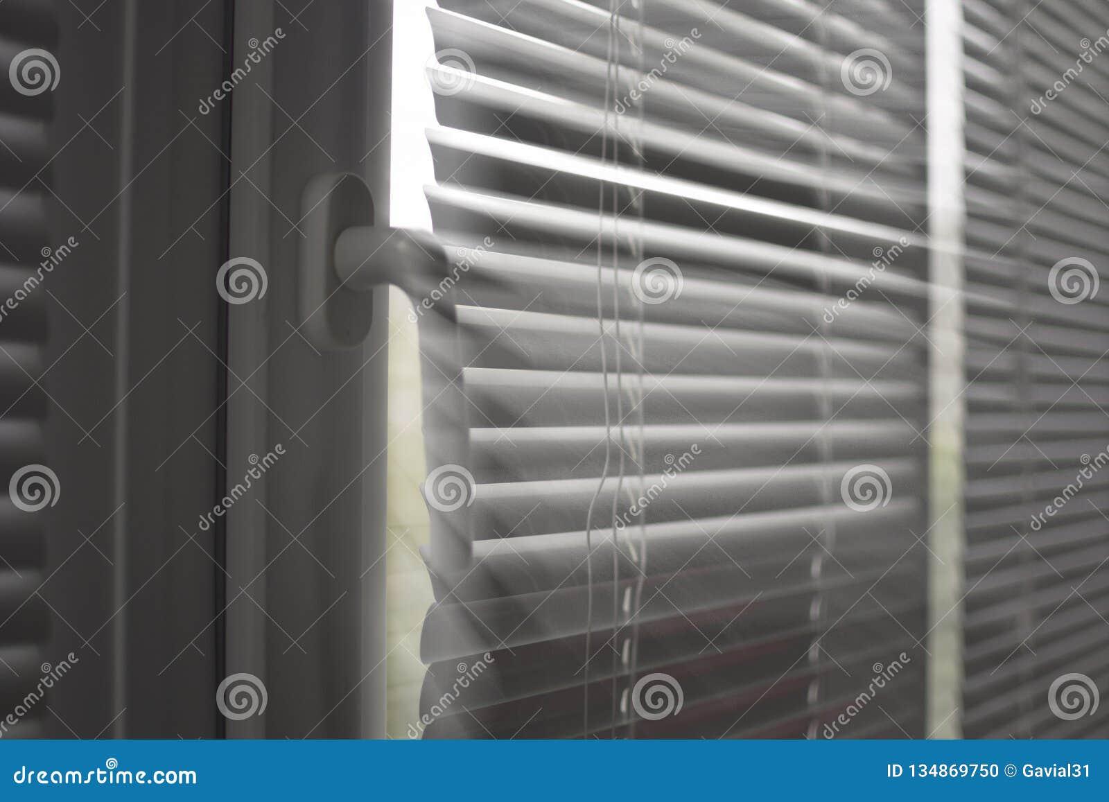 Plastikowy okno z storami