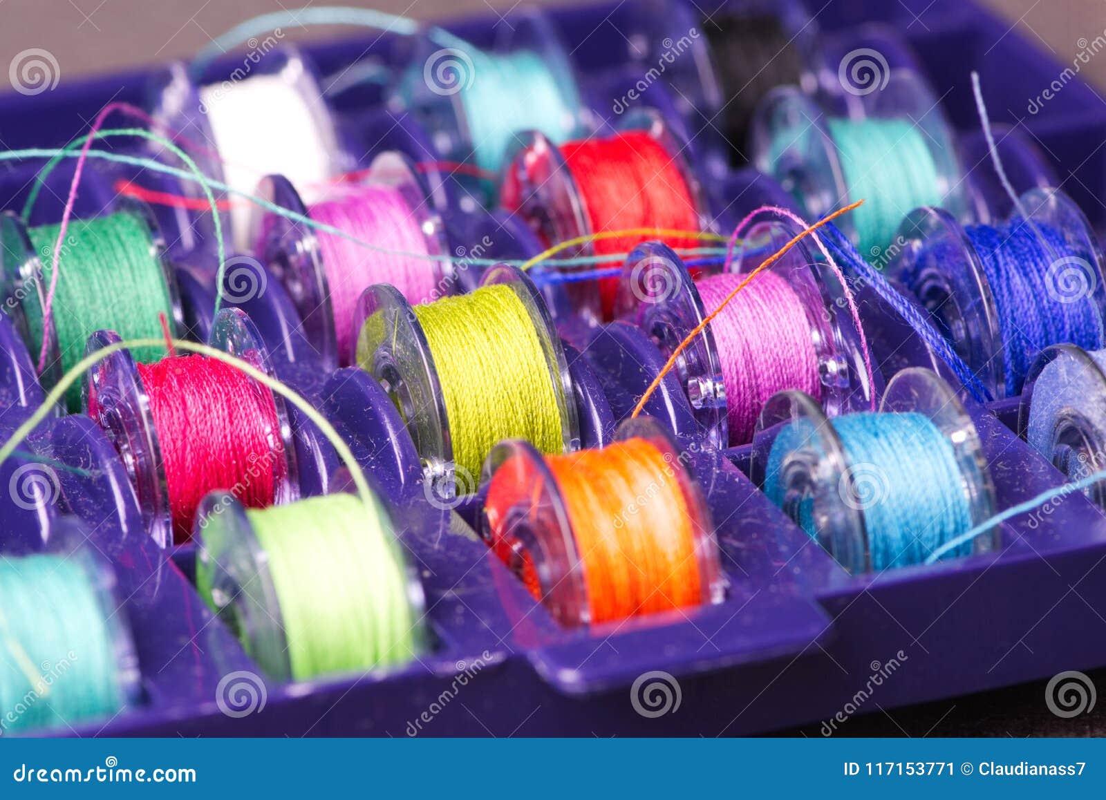 Plastikspulen mit farbigem Garn