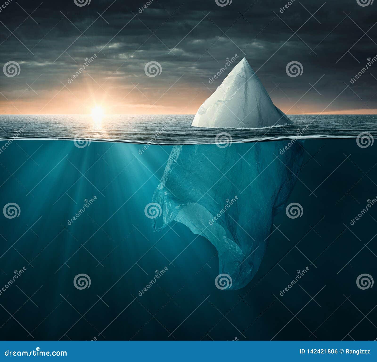 Plastiktasche im Ozean, der wie ein Eisberg aussieht
