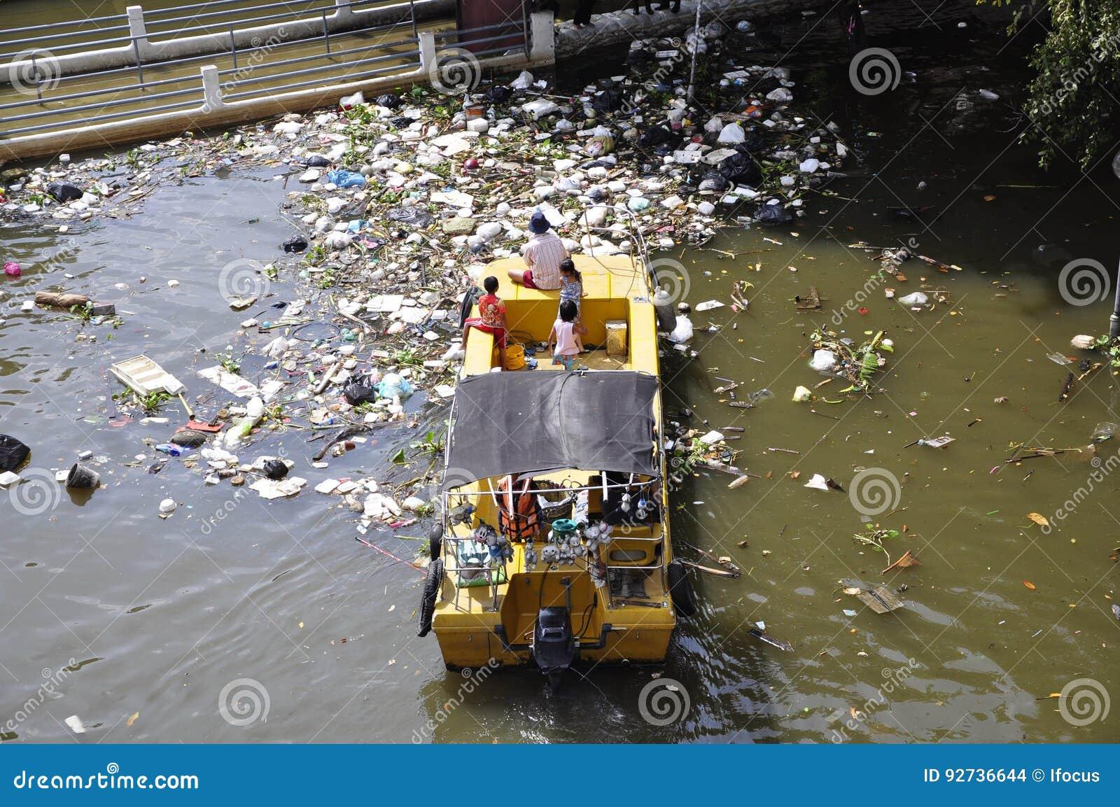 Plastiktaschen und anderer Abfall schwimmen auf Fluss Chao Phraya