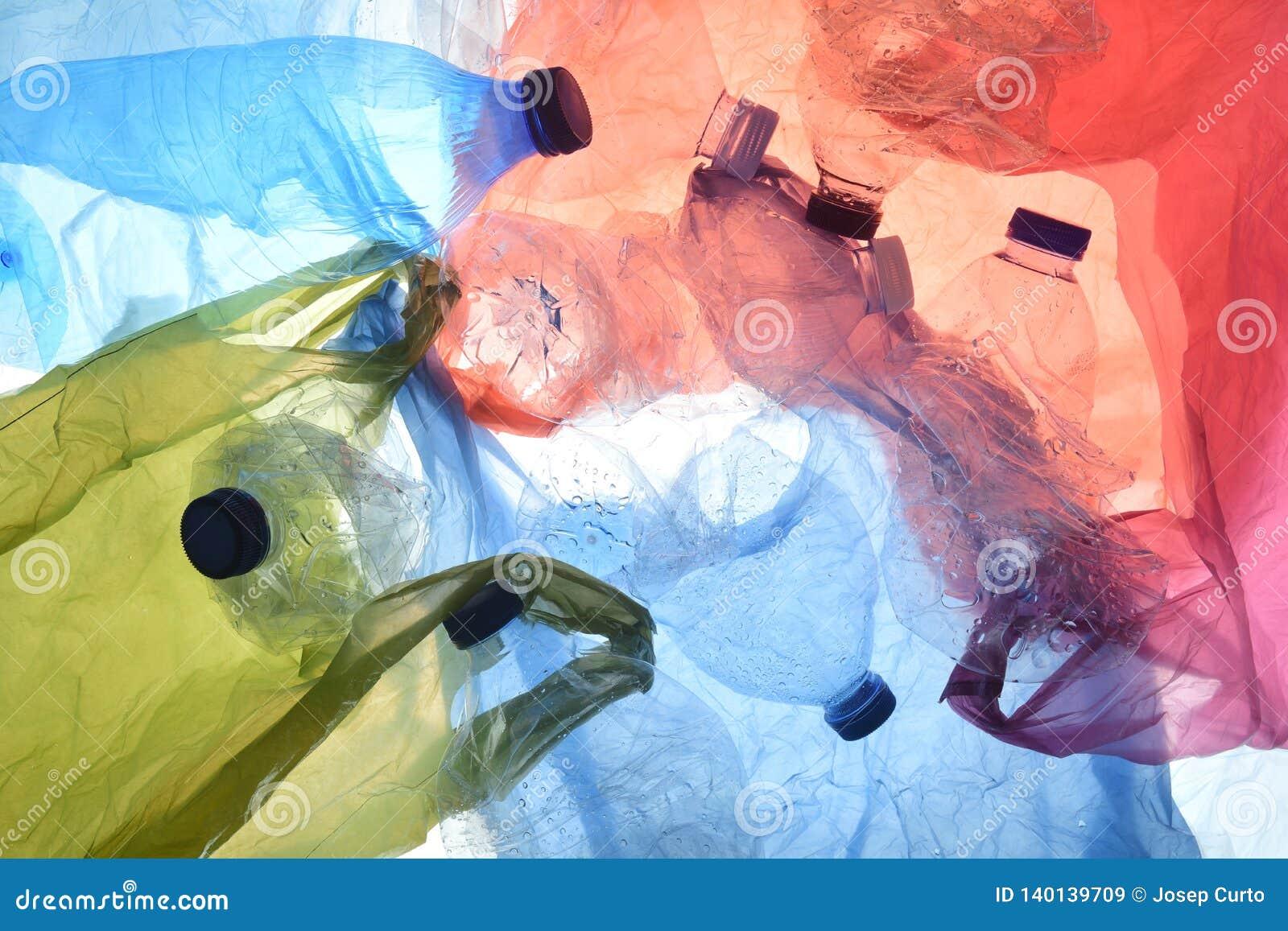 Plastiktaschen und Flaschen