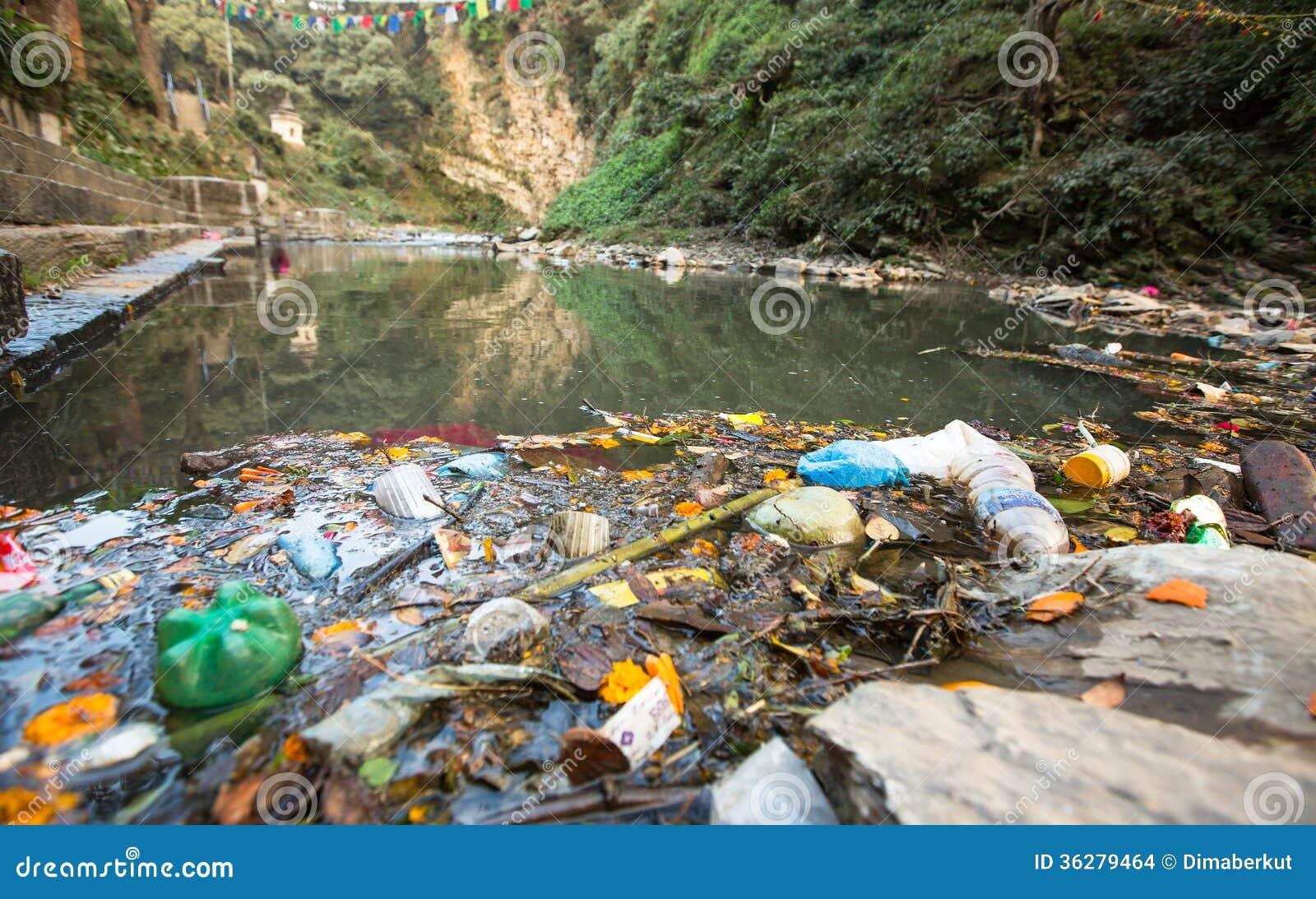 Plastikverschmutzung in Natur Abfall und Flaschen, die auf Wasser schwimmen