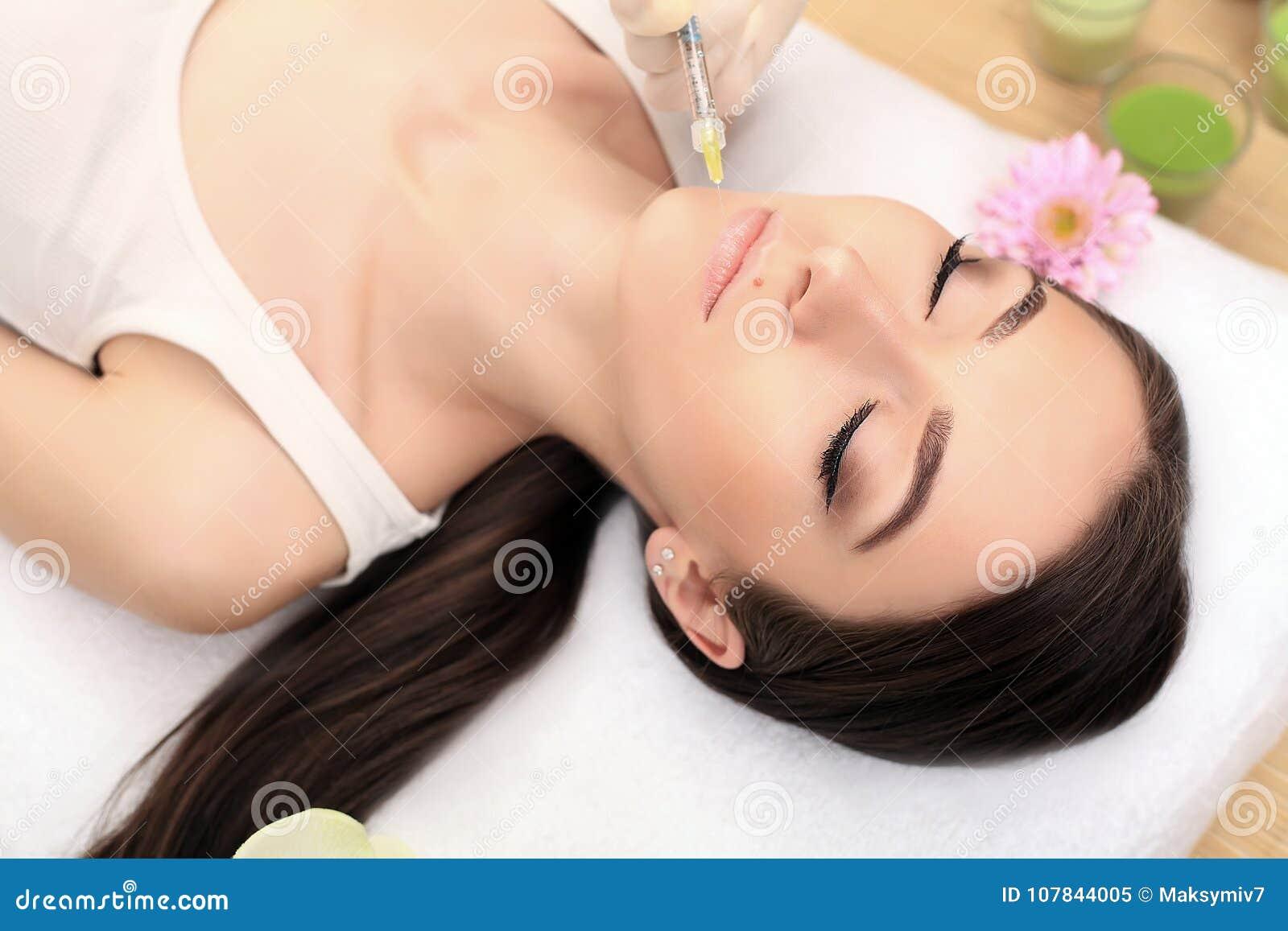 Plastische chirurgie Mooi vrouwengezicht die schoonheidsinjecties krijgen
