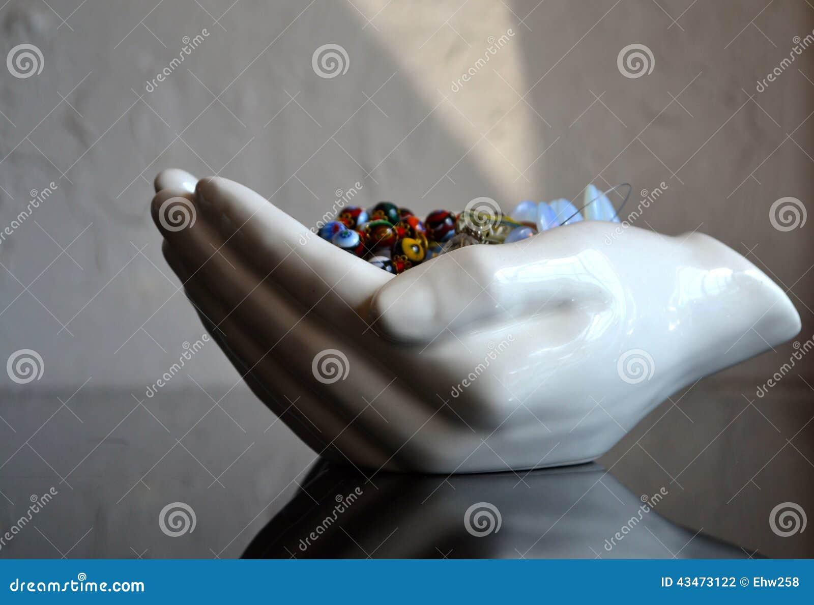 Plat évasé de bijoux de mains