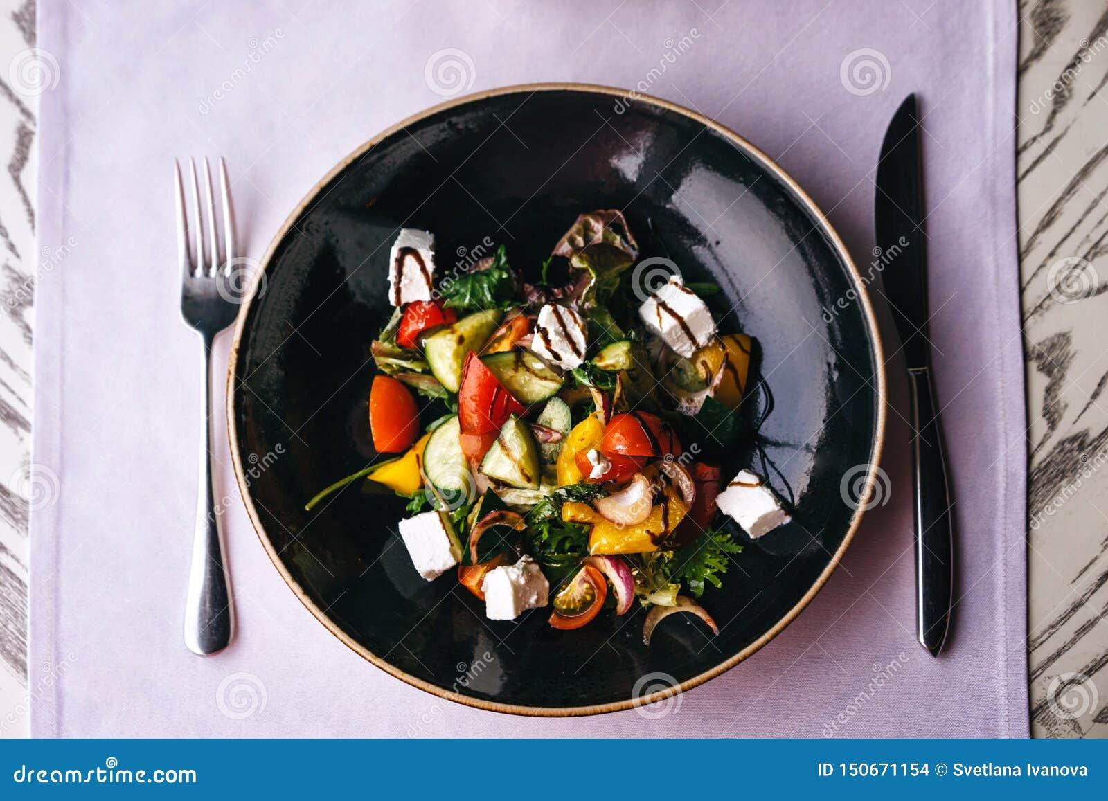 Plat appétissant dans le restaurant, servant sur la table avec une nappe lilas