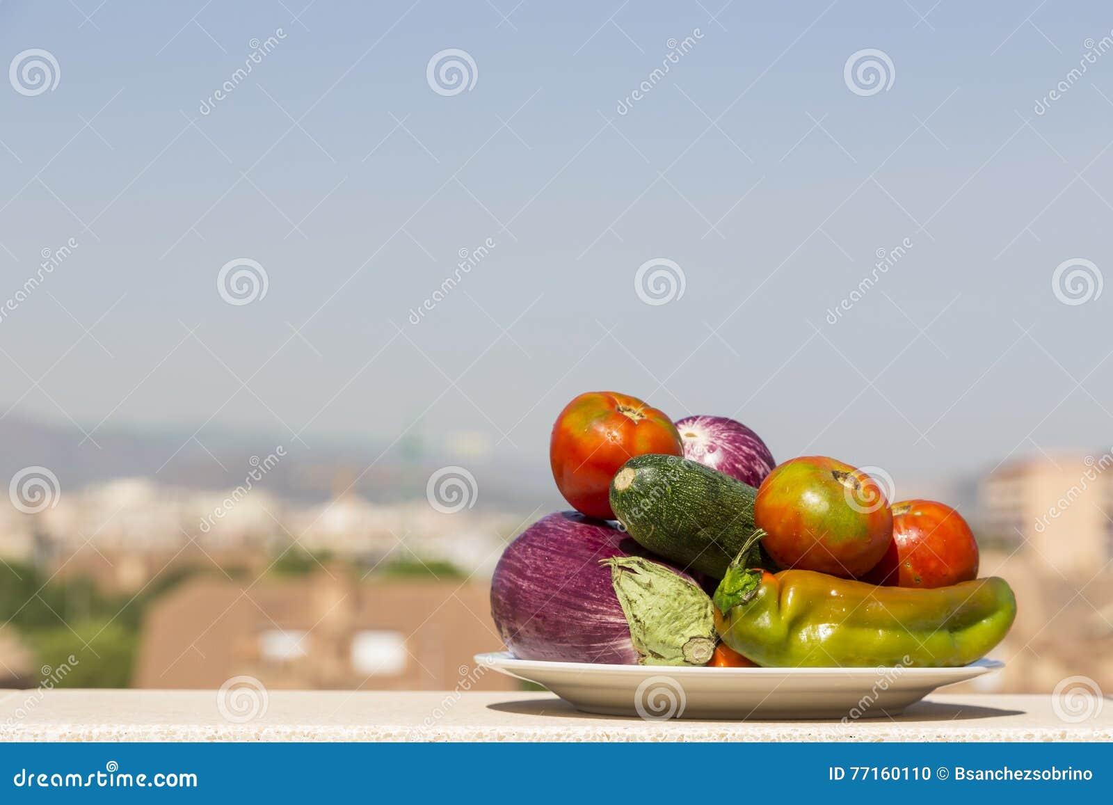 Plat avec des légumes et la ville à l arrière-plan