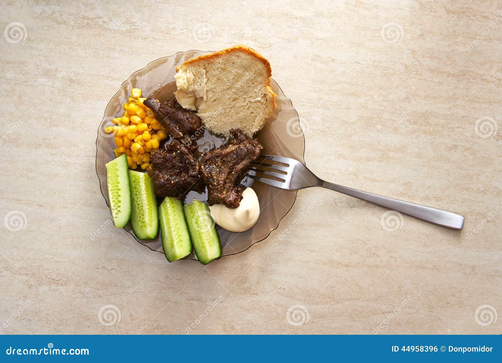 Plat avec des nervures, des légumes et des sauces de viande