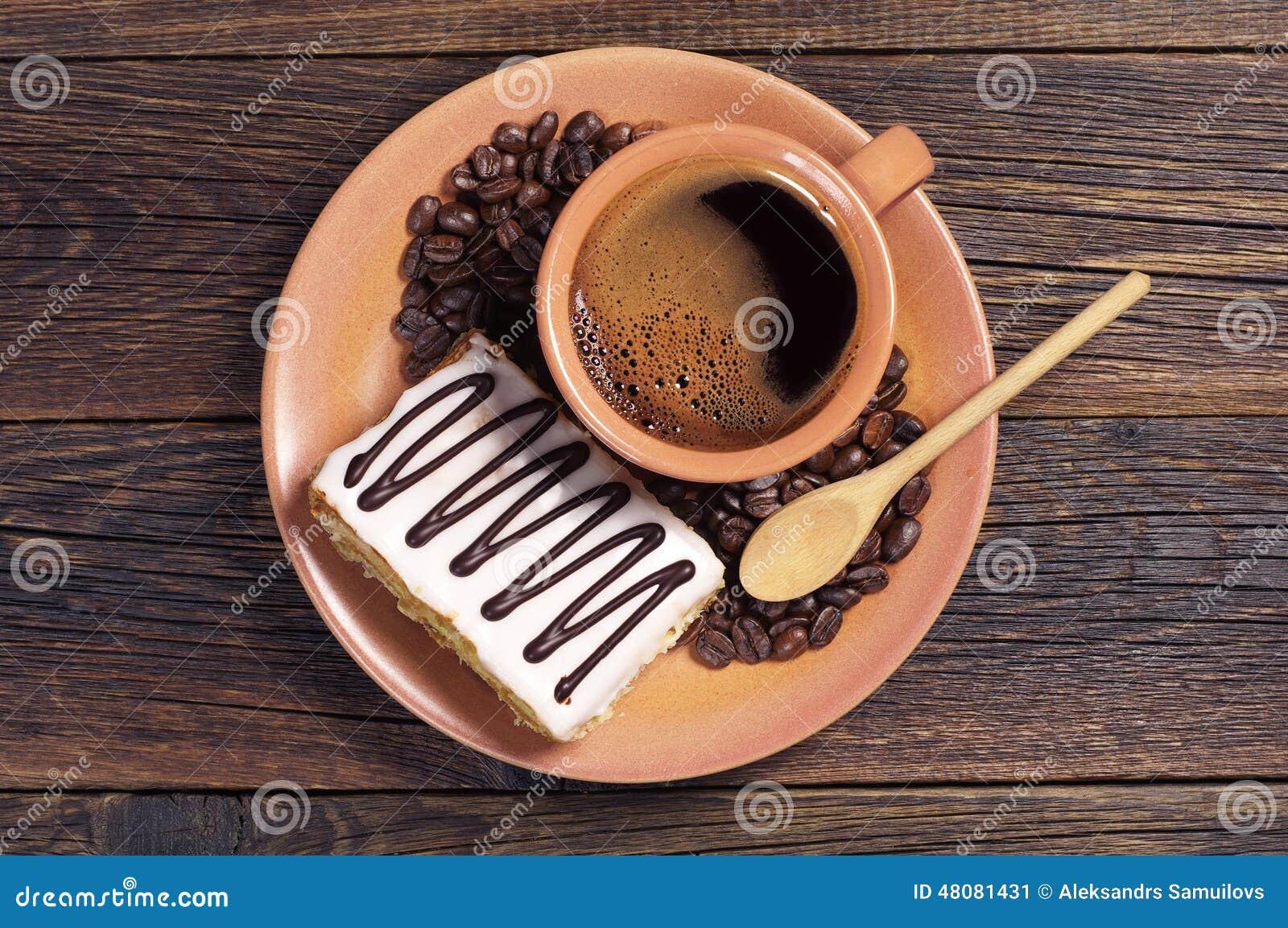 Plat avec du café et le gâteau crémeux