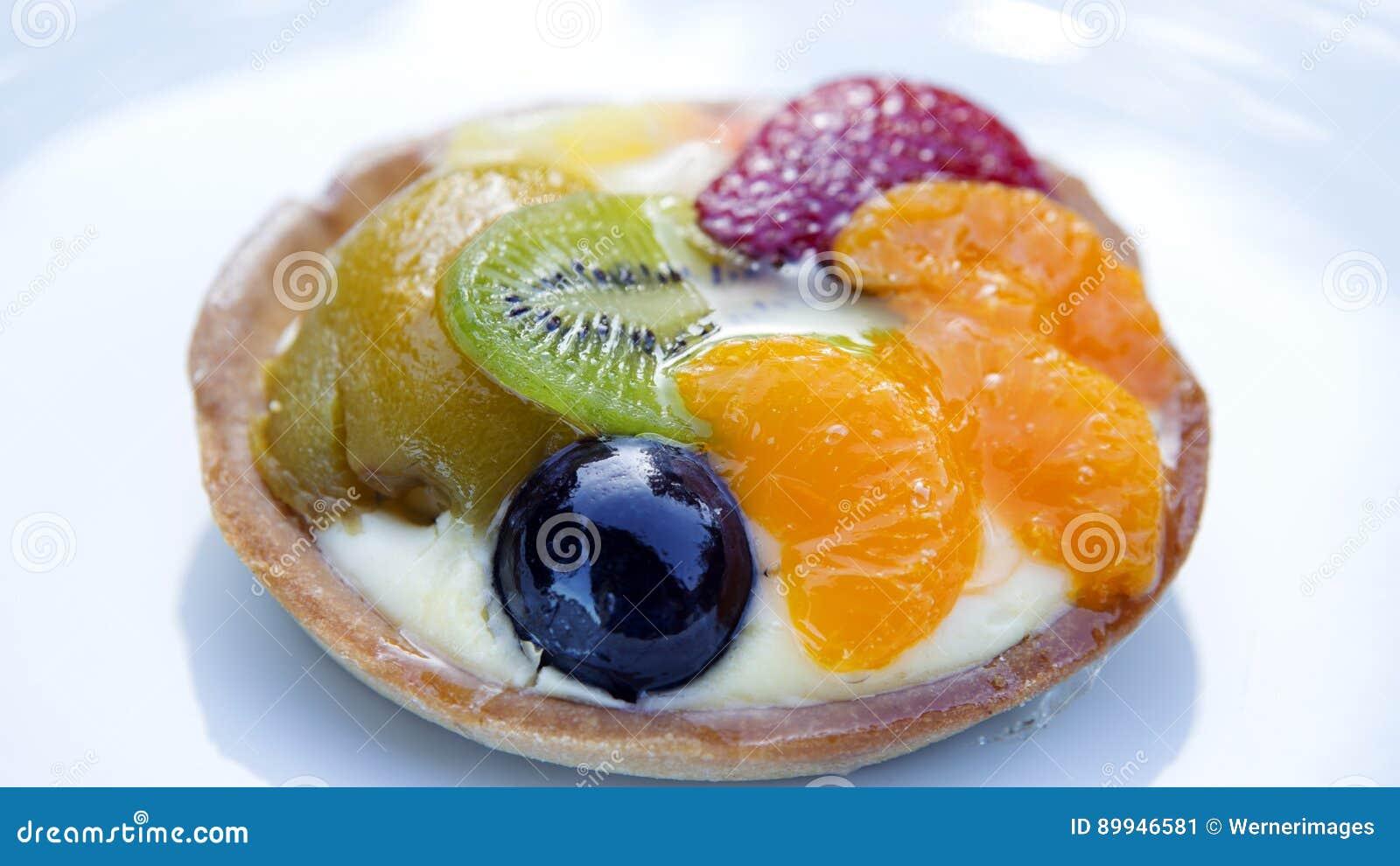 Plat avec la tarte ronde de fruit