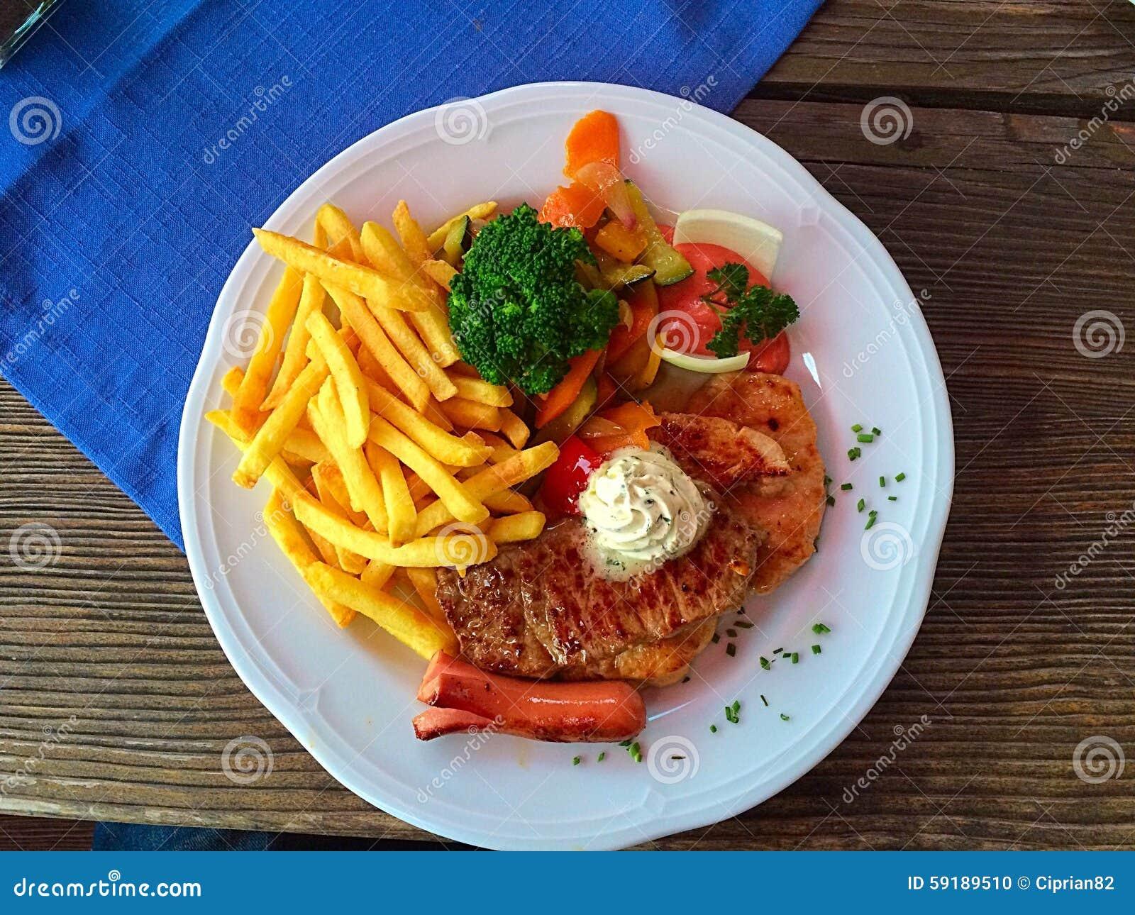 Plat avec le gril mélangé de différents types de viande