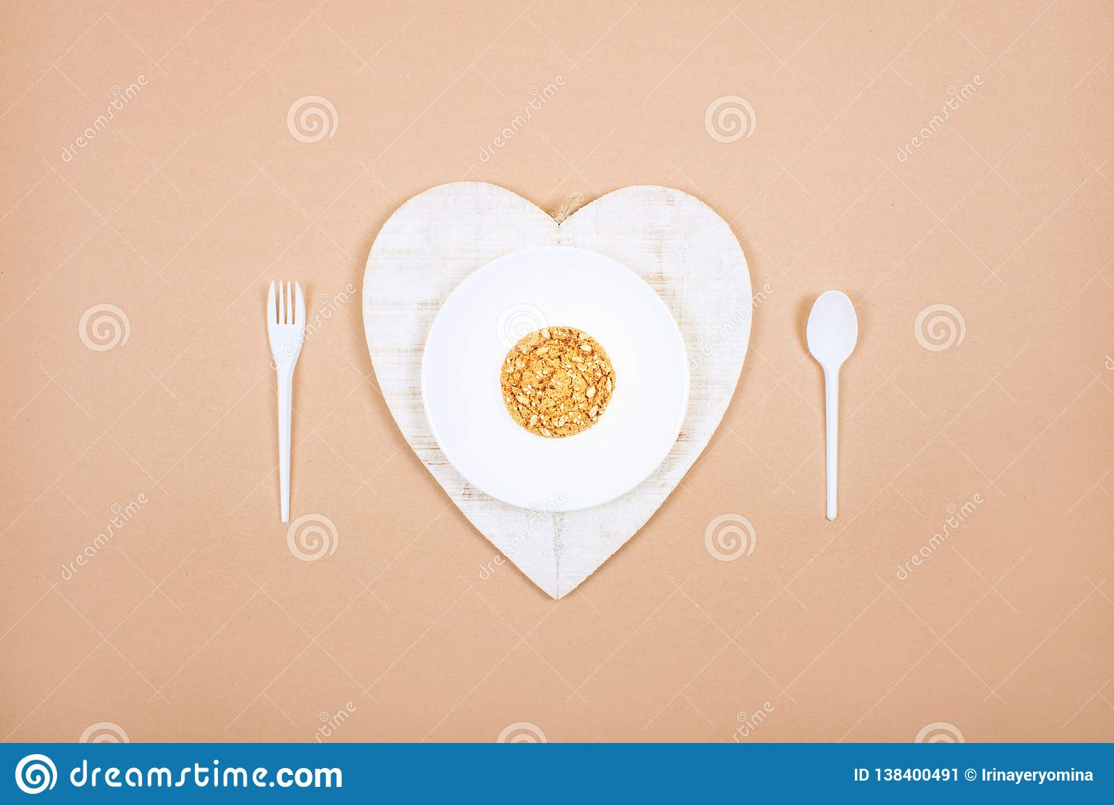 Plat blanc avec la cuillère, la fourchette et la farine d avoine entière de biscuits de grain Régime Ketogenic, perte de poids, j