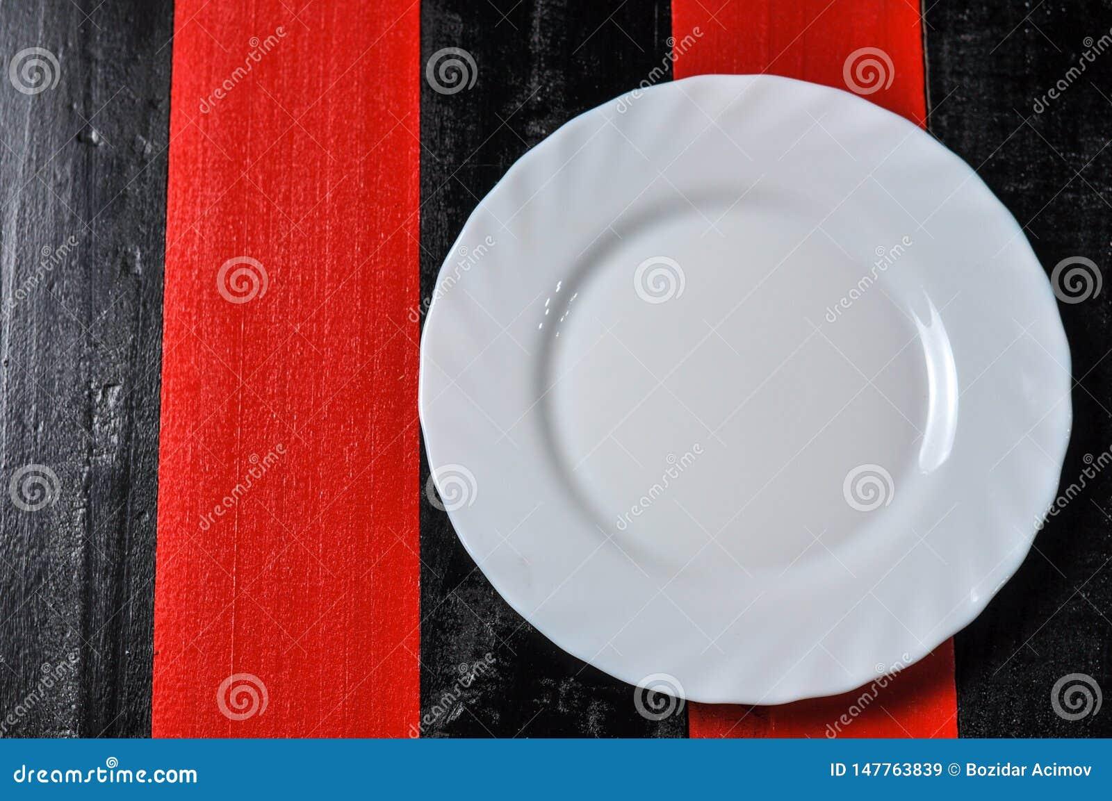 Plat Blanc Vide Sur Le Fond En Bois Rouge Et Noir Image