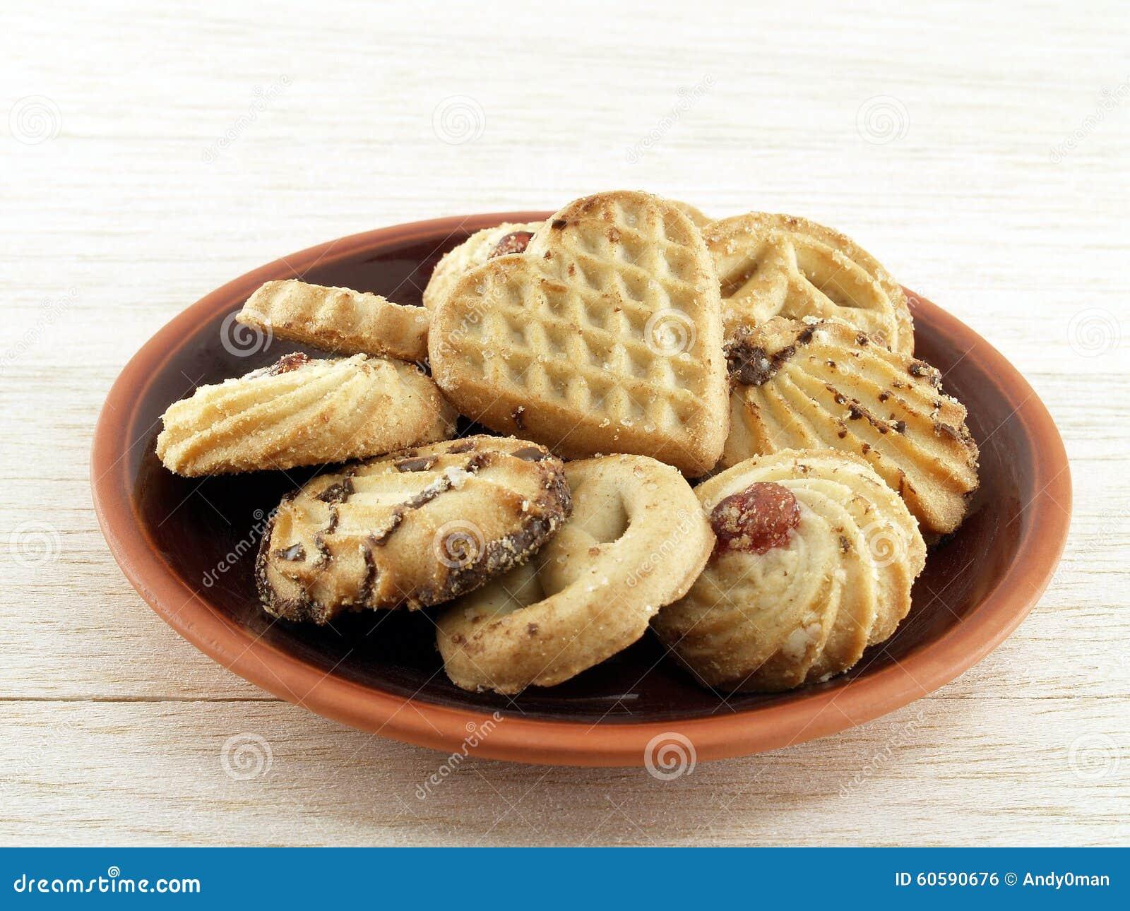 Plat de biscuit et de poterie sur le bois