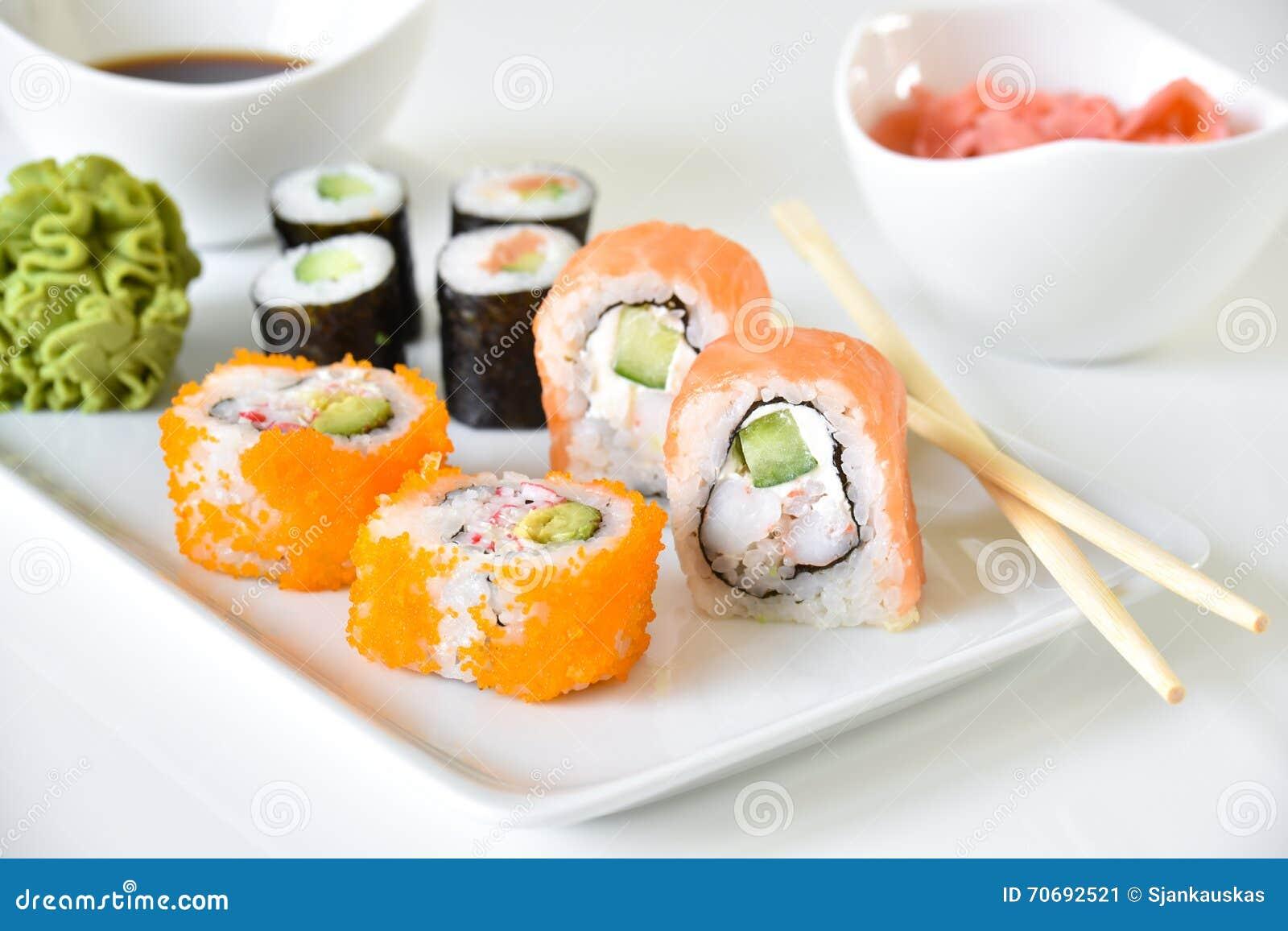 Plat de dîner de petits pains de sushi