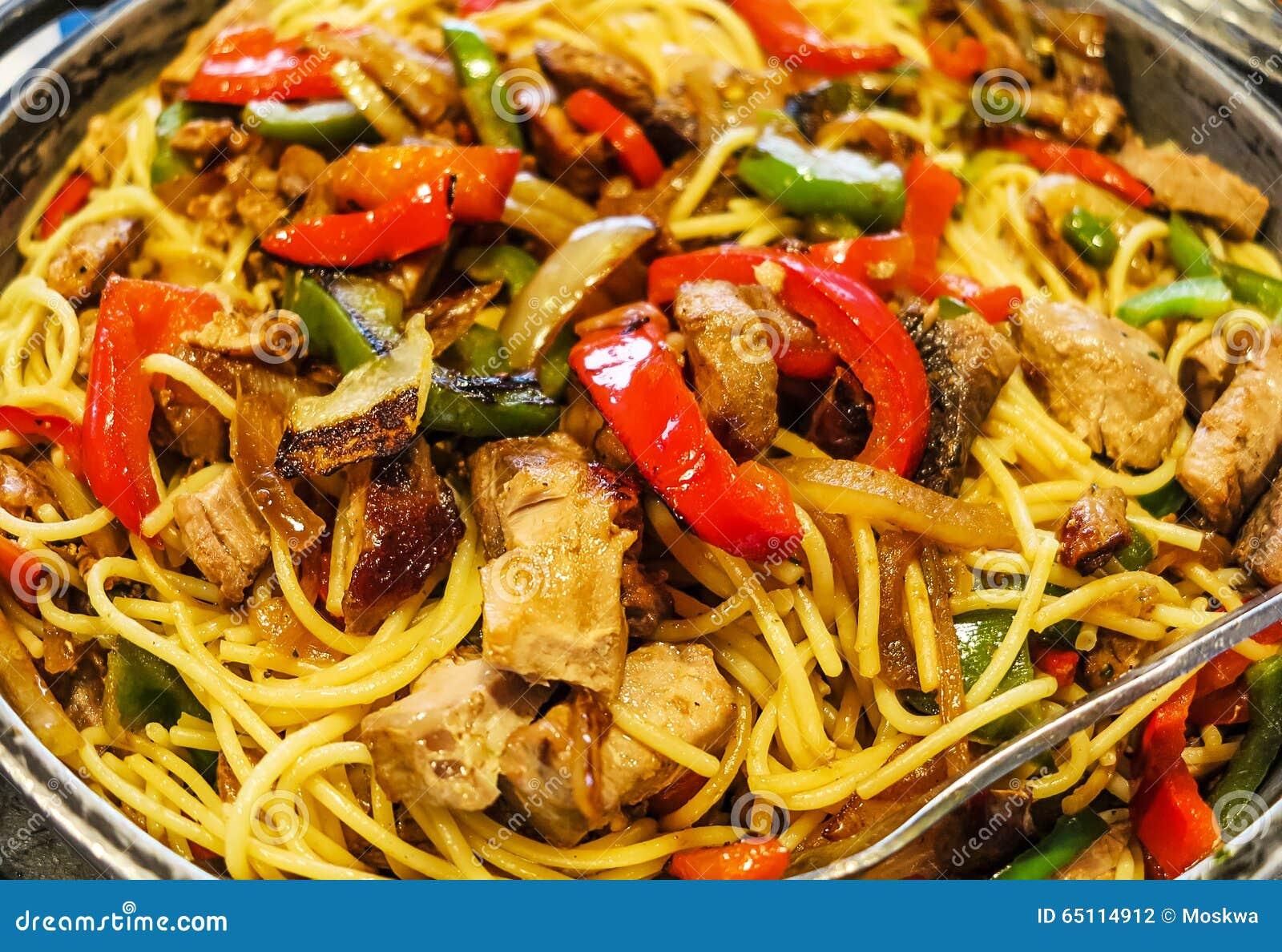 Plat de p tes avec de la viande et des l gumes photo stock for Decoration de plat avec des legumes