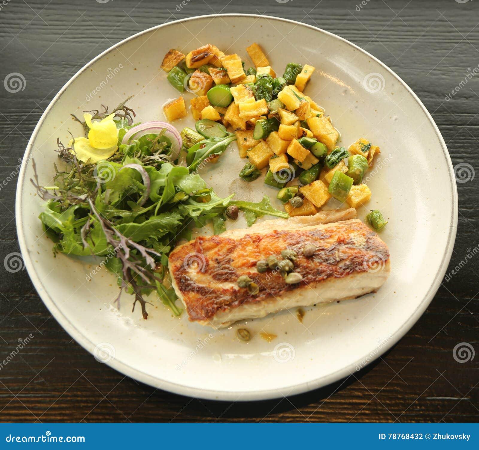 plat de poisson servi dans le restaurant gastronomique photo stock image 78768432. Black Bedroom Furniture Sets. Home Design Ideas