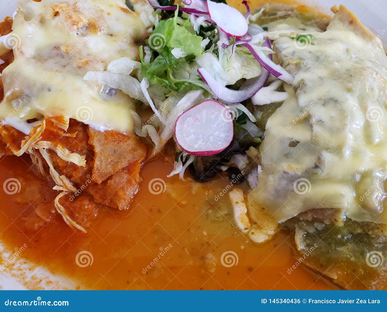 Plat des chilaquiles avec des l?gumes en sauce rouge et verte, nourriture mexicaine traditionnelle