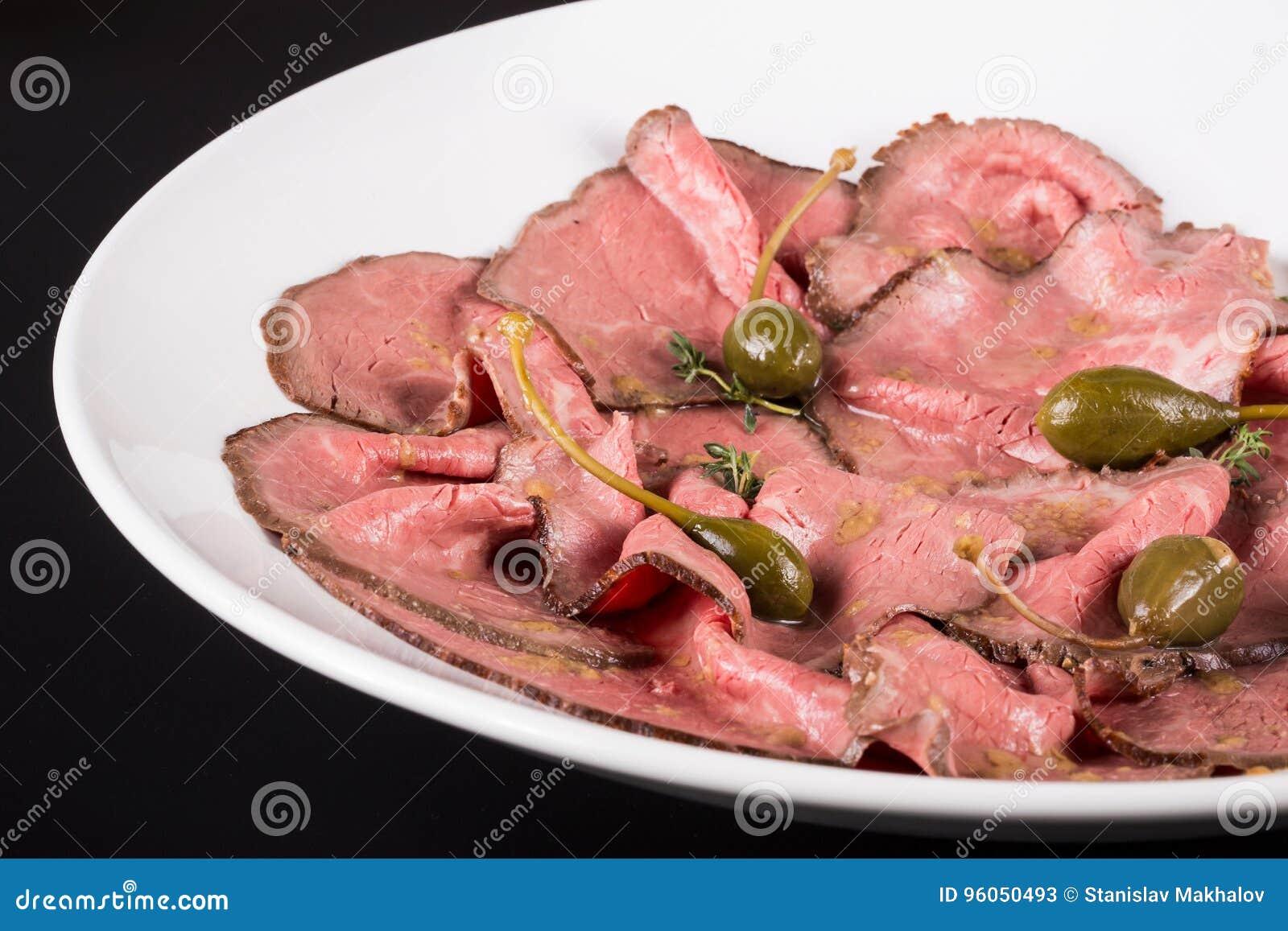 Plat des coupes froides avec des câpres Viande de coupe d un plat avec des câpres Fin vers le haut