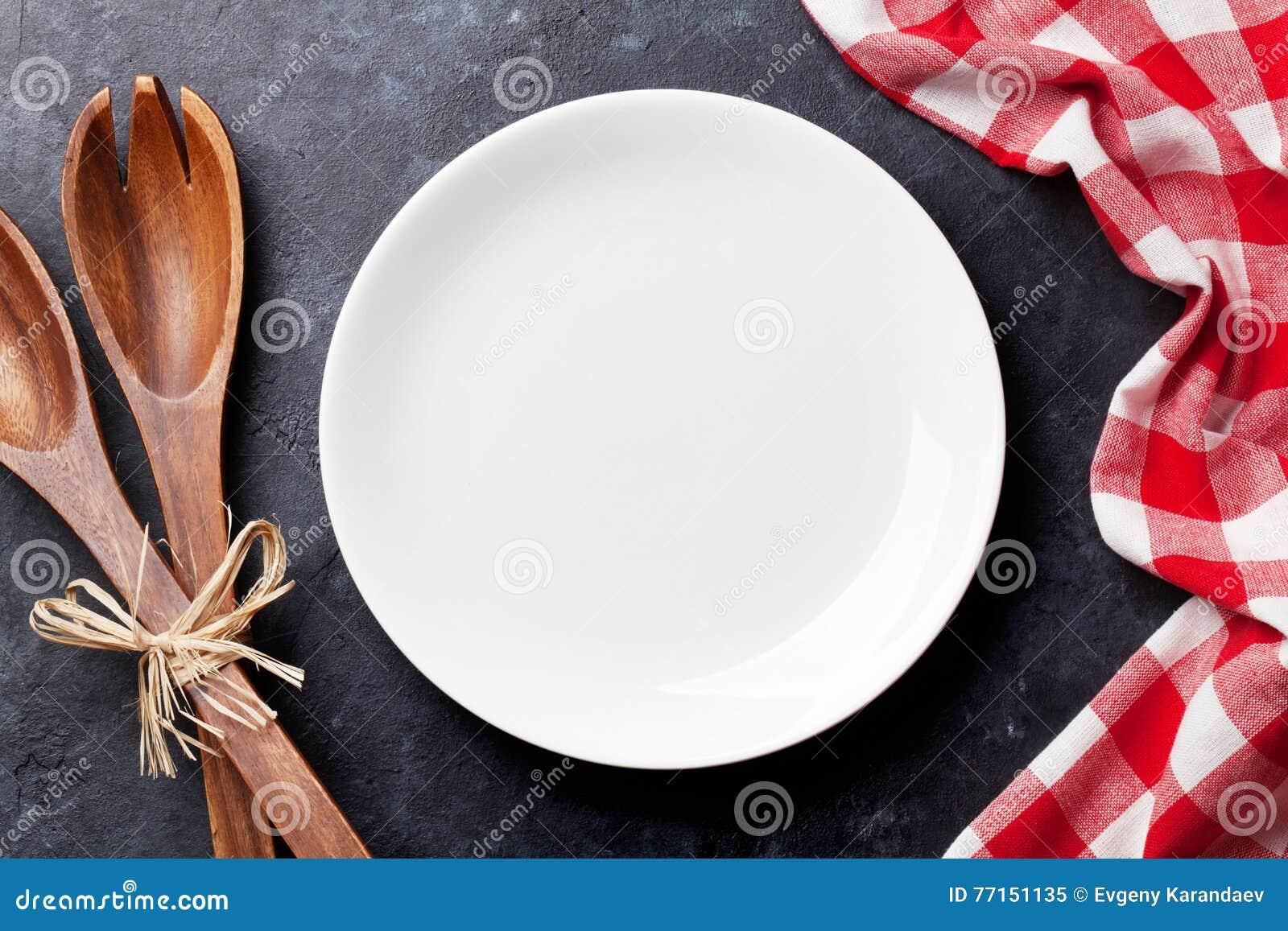 Plat et serviette de cuisine vides