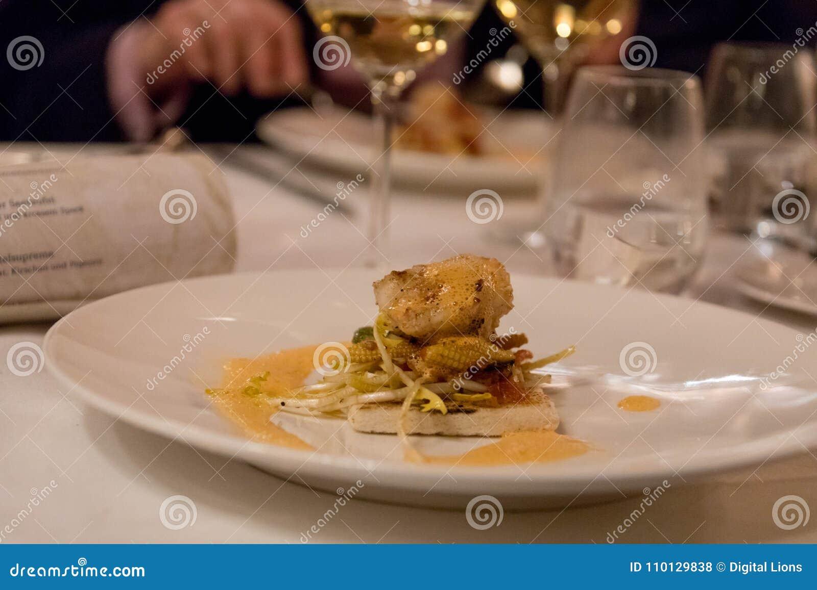 Plat fin de nourriture avec les poissons grillés sur le pain grillé