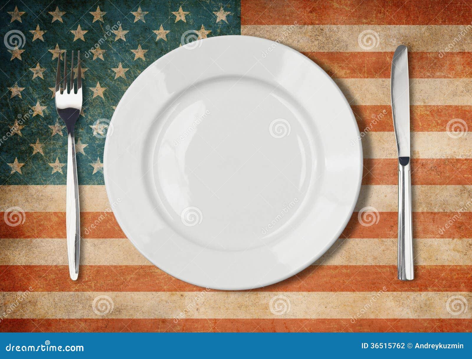 Plat, fourchette et couteau sur le drapeau des Etats-Unis