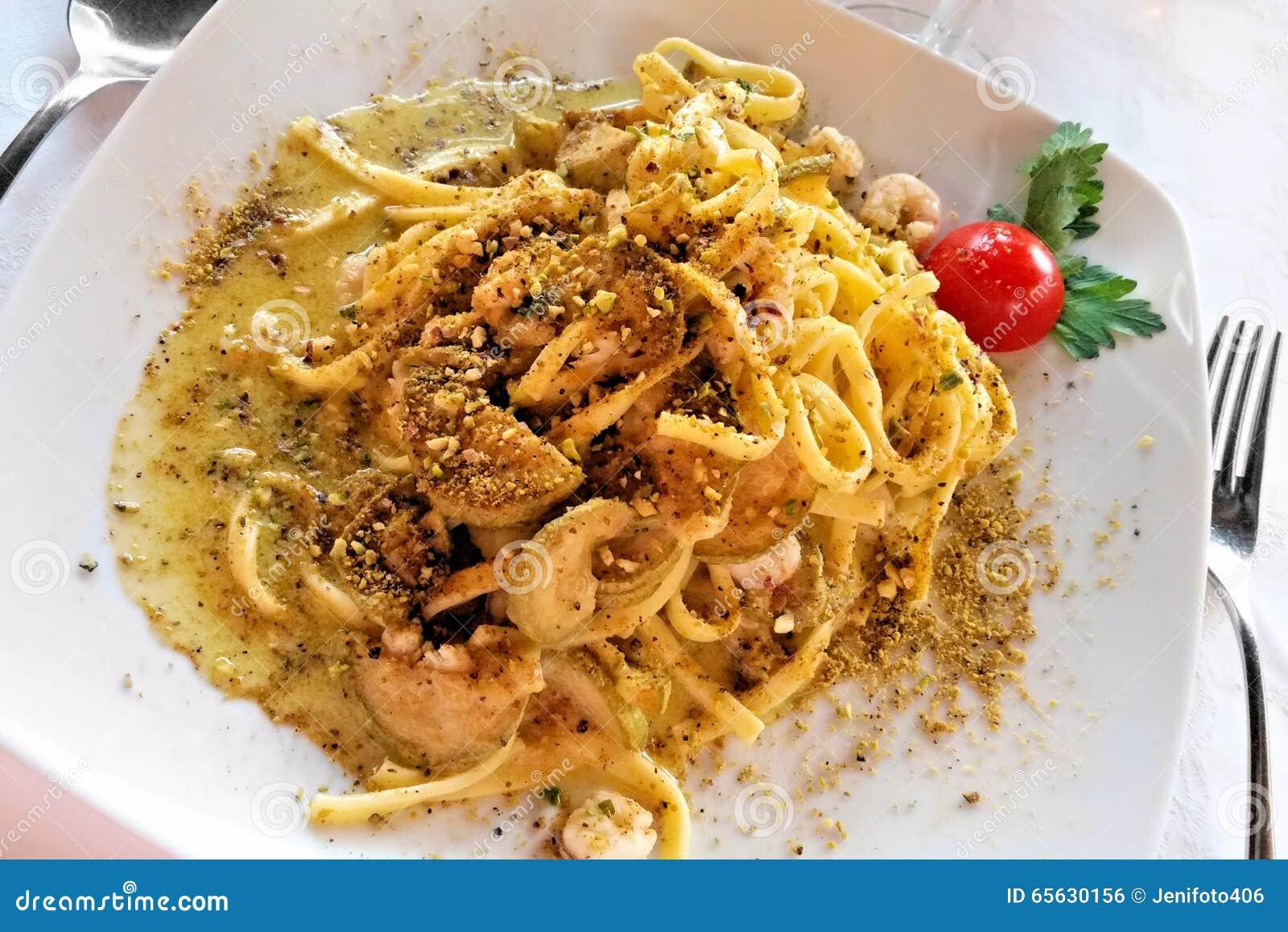 Plat italien de pâtes de tagliatelles avec le pesto et la crevette crémeux