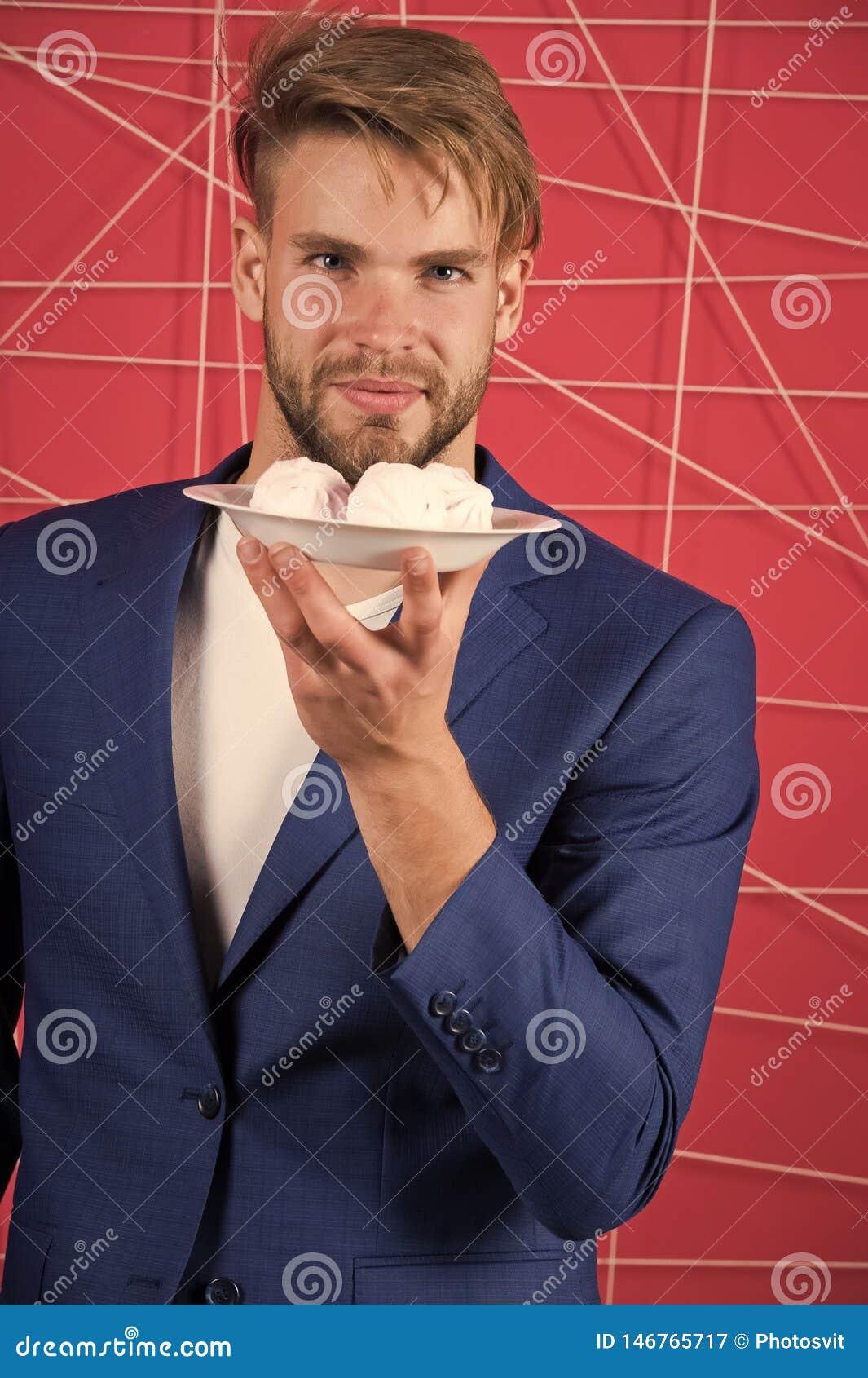 Plat ?l?gant formel de prise de costume d homme avec le dessert doux de guimauve Festins ?l?gants de bonbon ? offre de type de c?