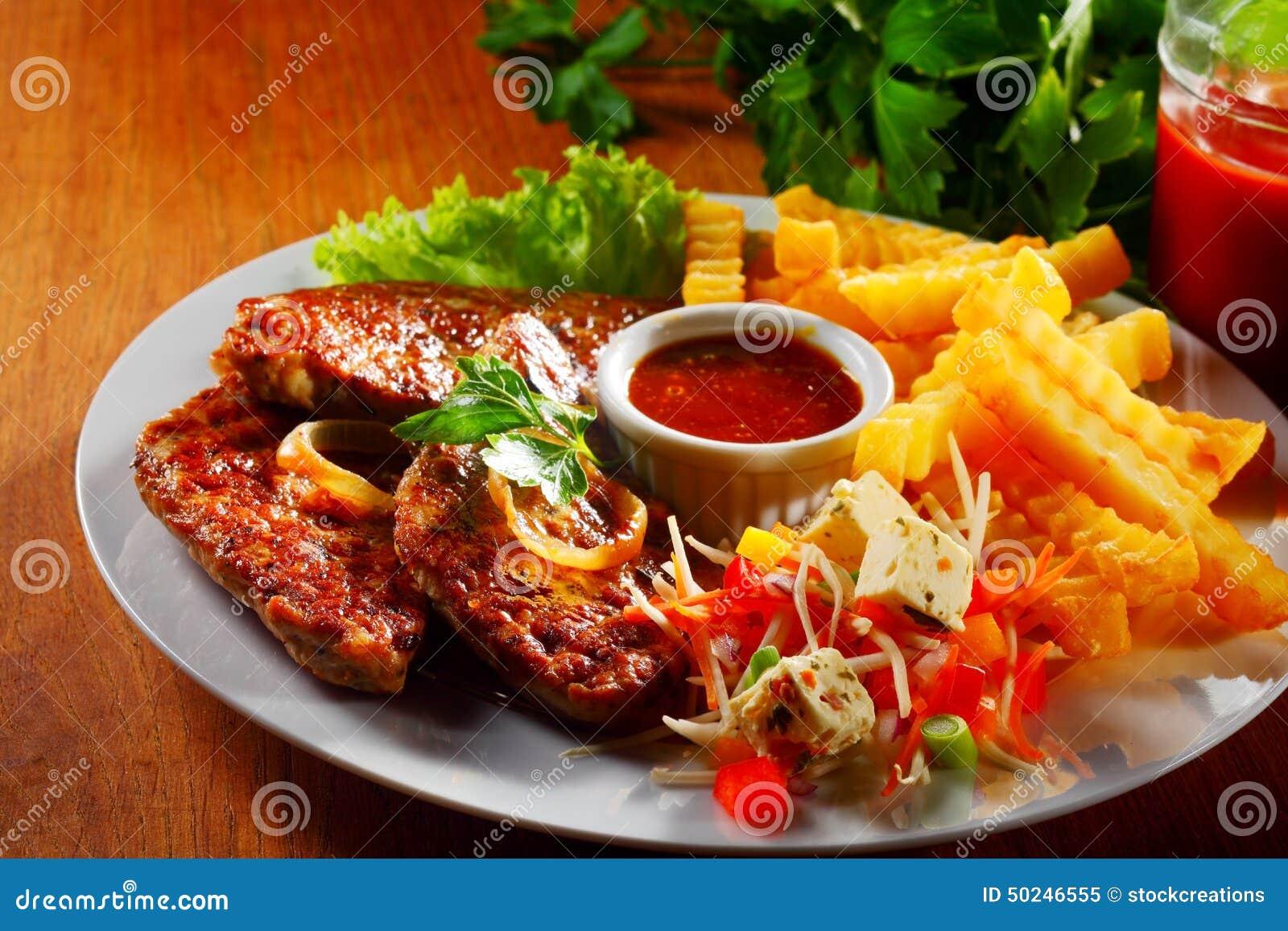 plat principal savoureux avec de la viande et les pommes de terre grill es photo stock image. Black Bedroom Furniture Sets. Home Design Ideas