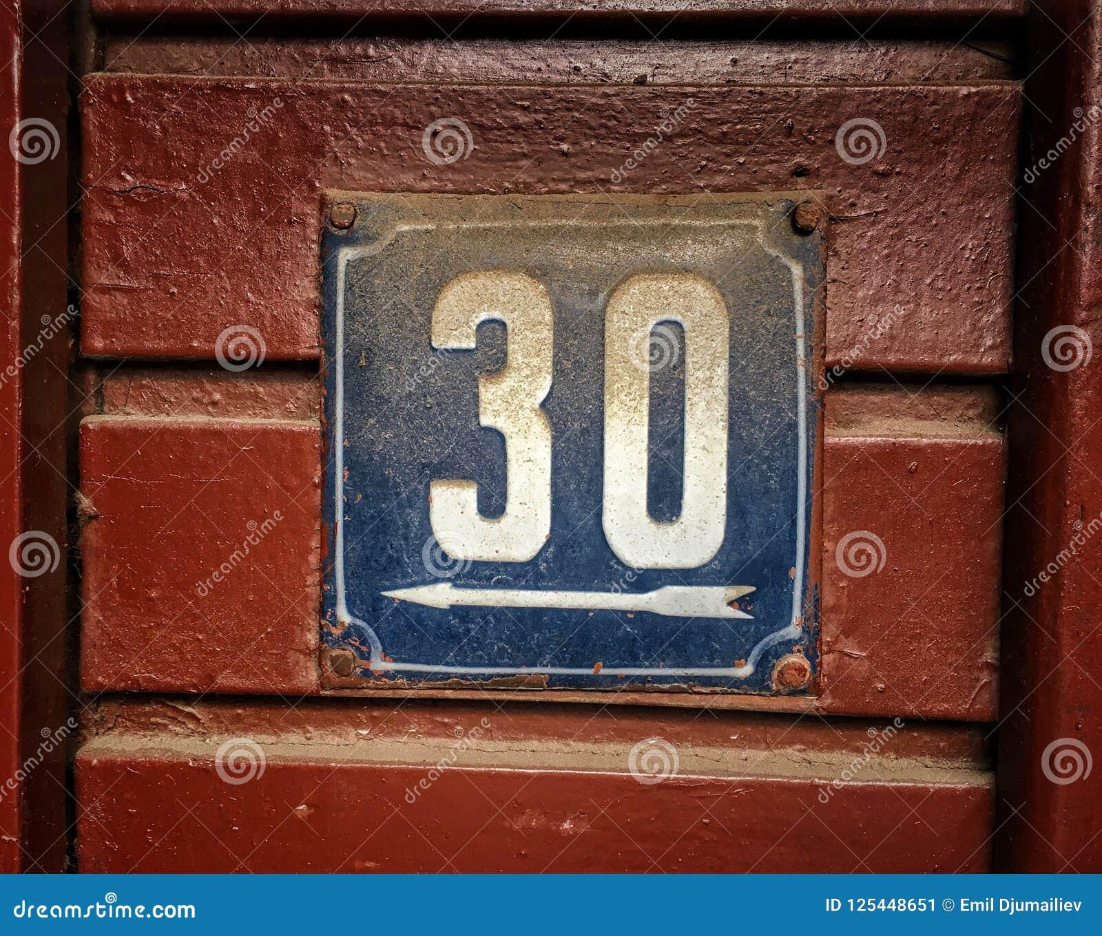 Plat rouillé en métal carré grunge de vintage du nombre d adresse avec le nombre