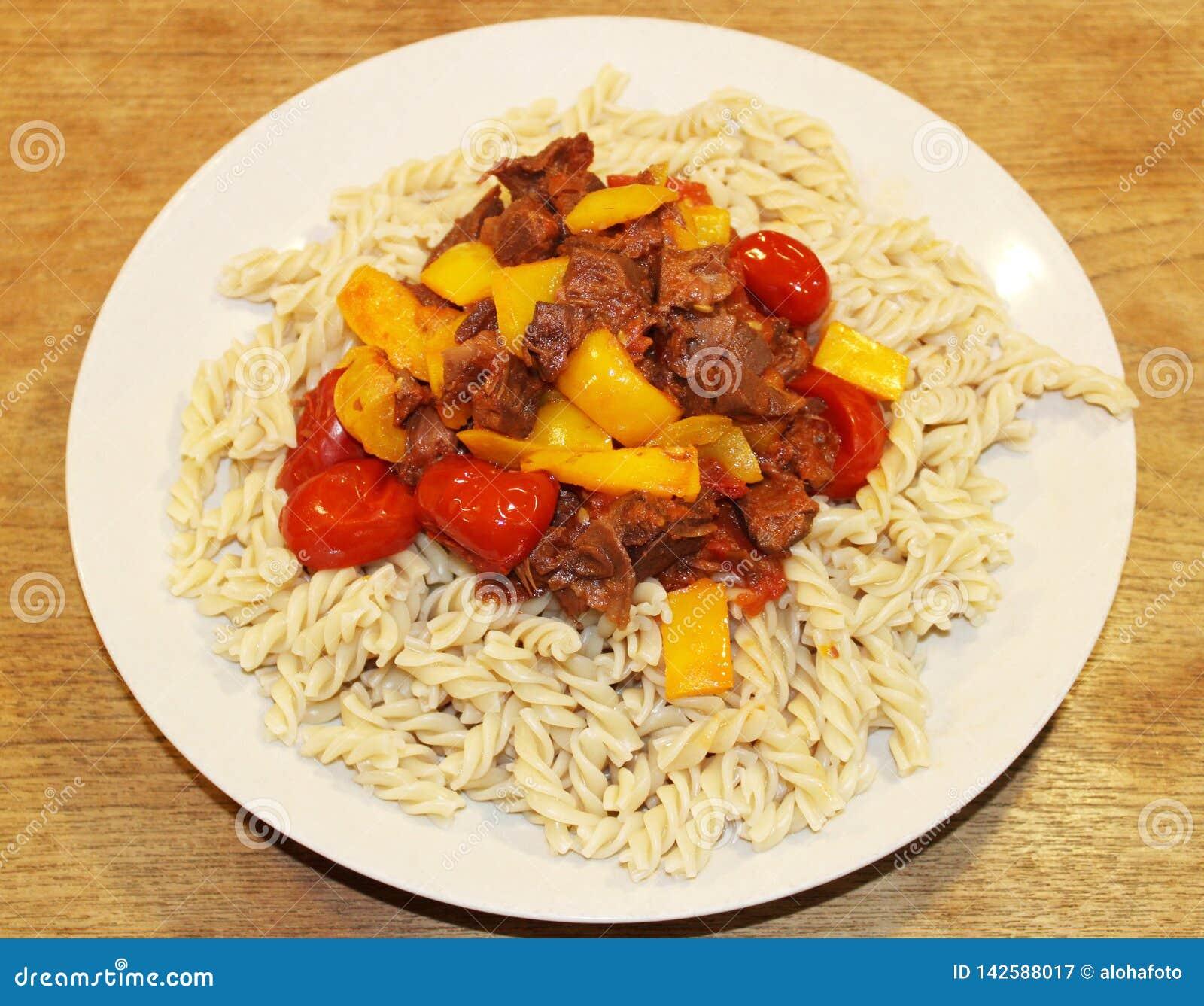Plat sans viande de vegan avec les légumes de pâtes et la sauce à jacquier en tant que substitution parfaite de viande de vegan