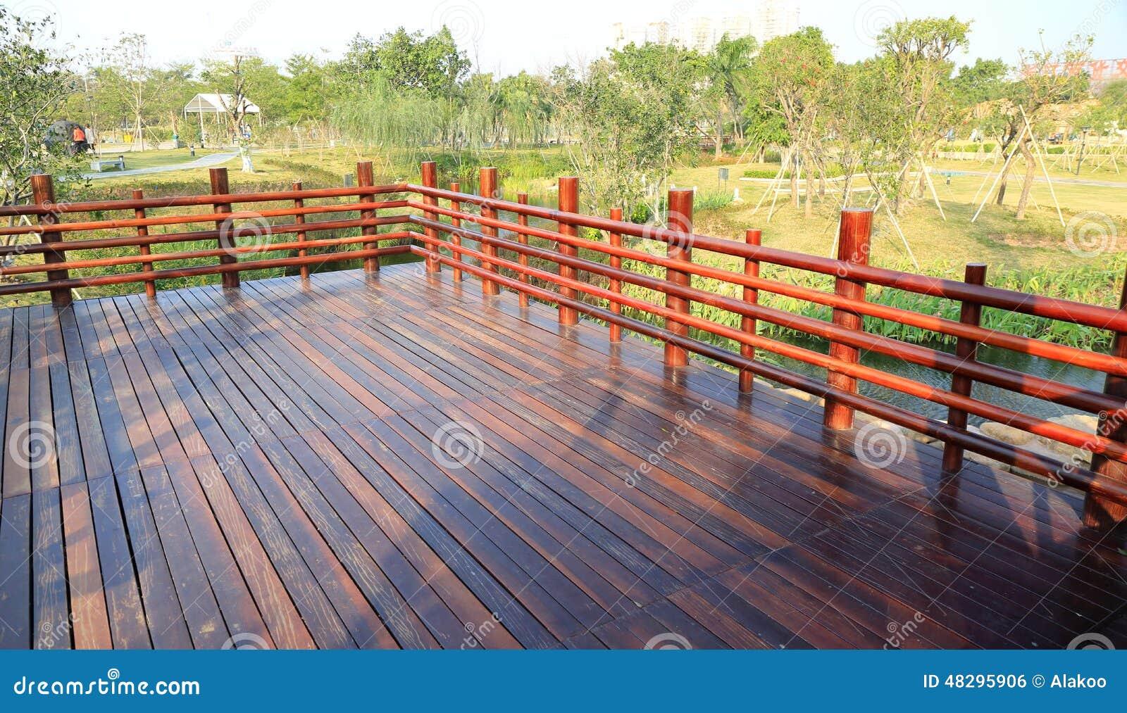 Plataforma de madeira, terraço de madeira com balaustrada de madeira