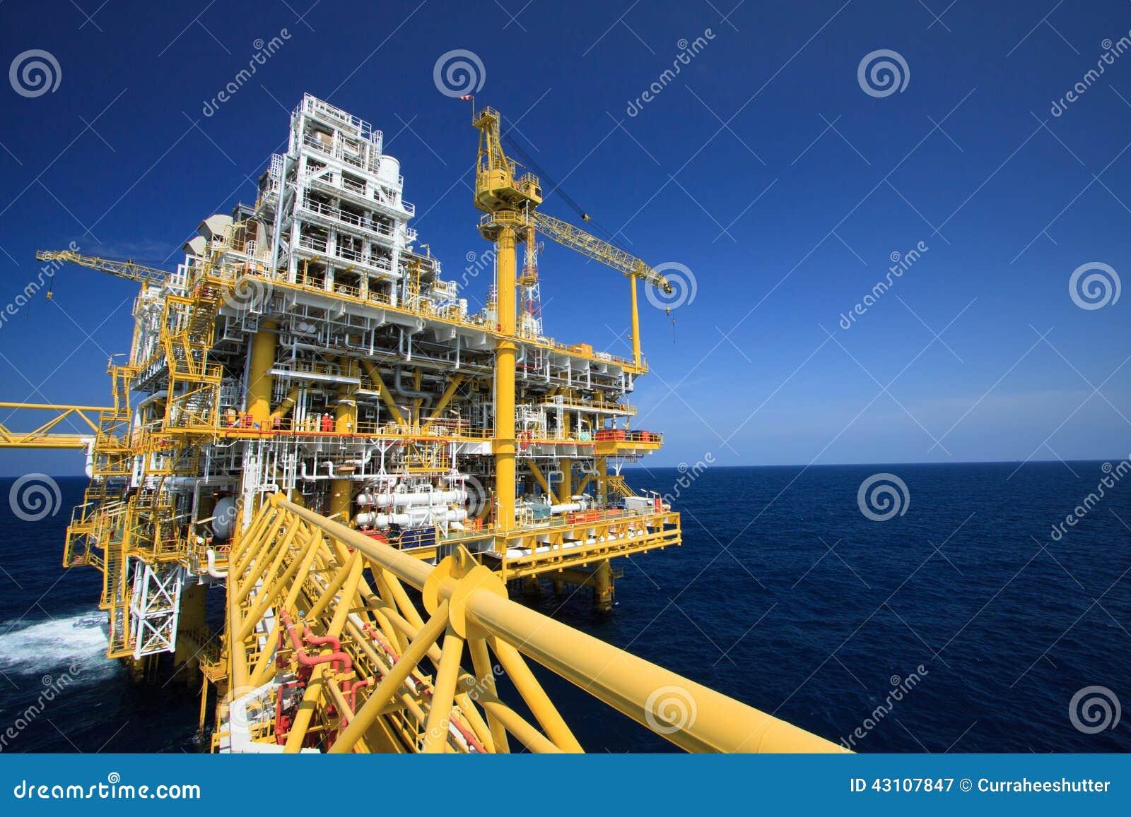 Plataforma de petróleo e gás na indústria a pouca distância do mar, processo de produção no setor petroleiro, planta da construçã