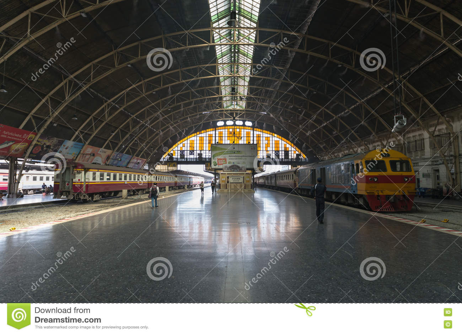 Plataforma Del Embarque En Hua Lamphong Railway Station En Bangkok Fotografía editorial