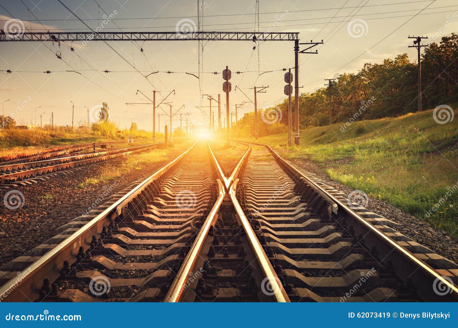 Plataforma do trem da carga no por do sol Estrada de ferro Estação de comboio britânica