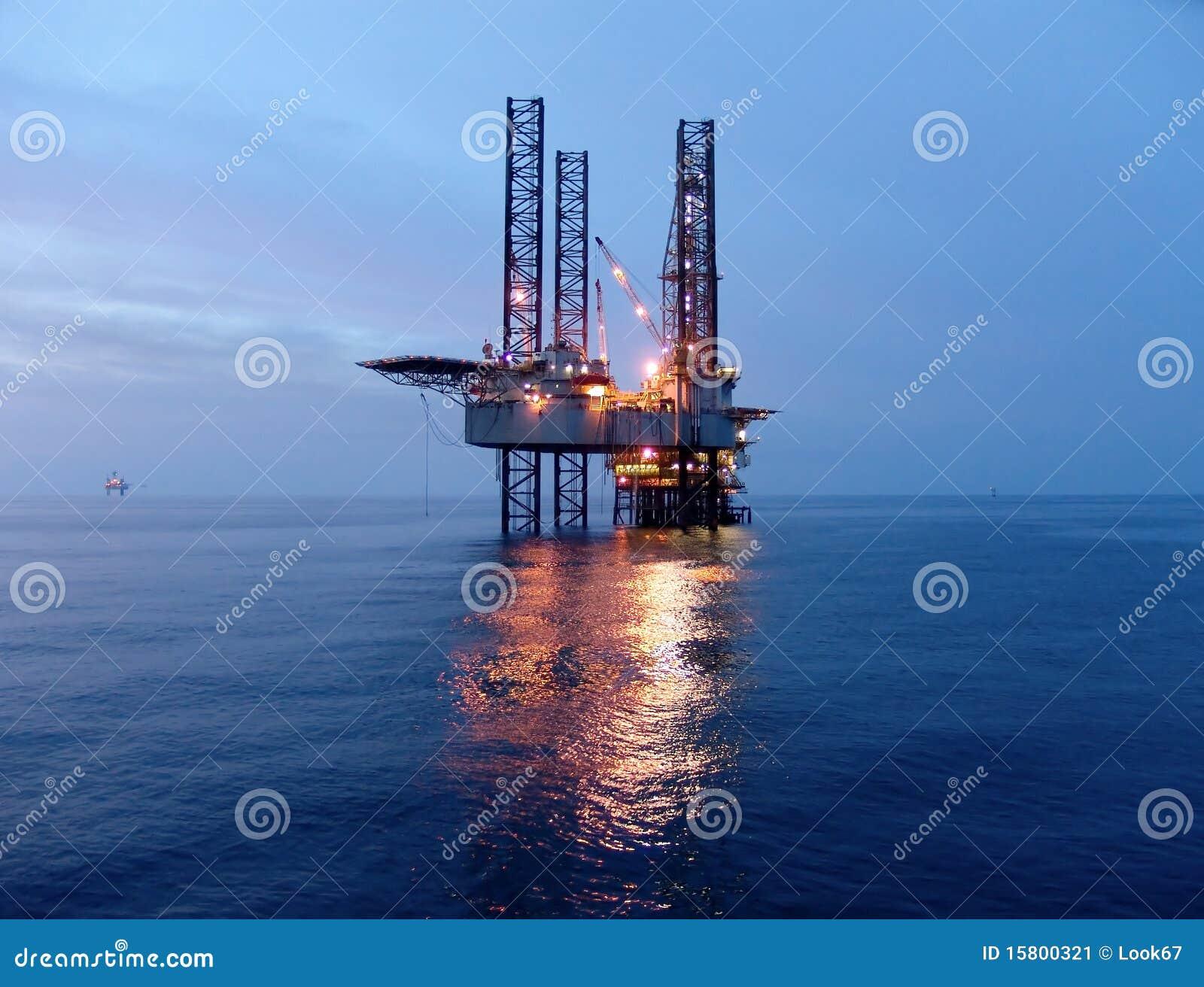 Plataforma petrolífera antes do nascer do sol