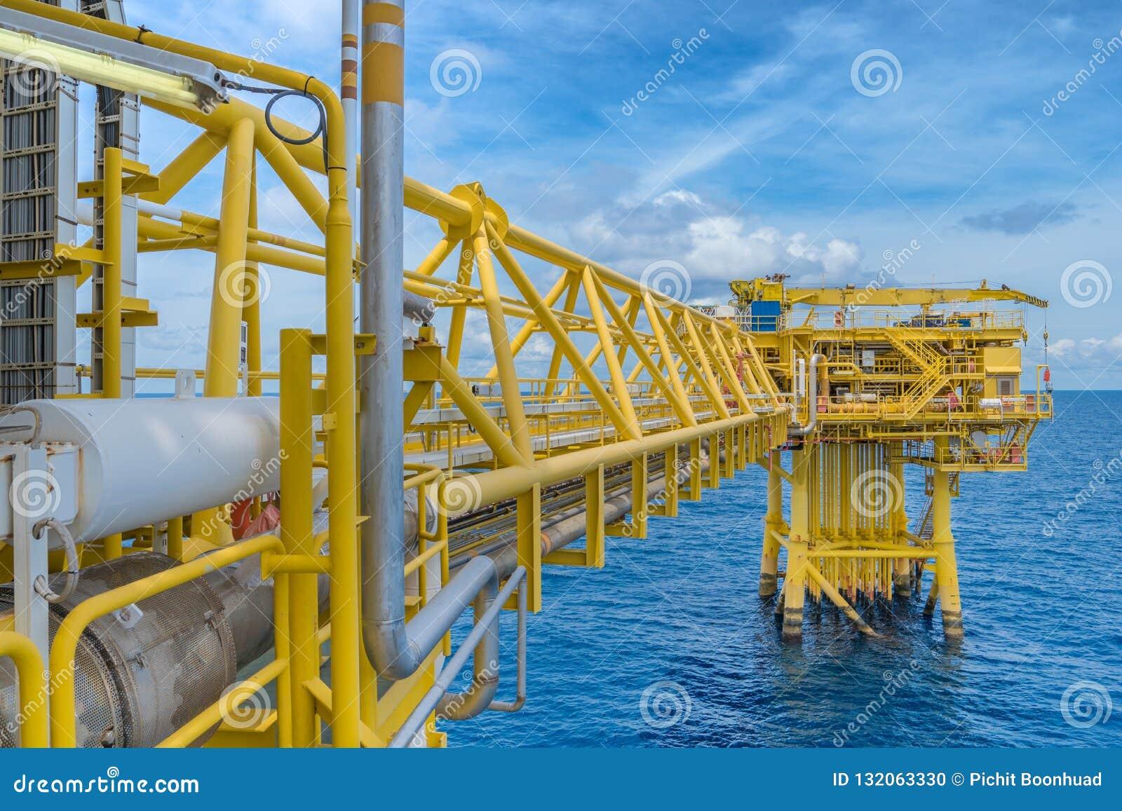 Plataforma a pouca distância do mar da construção do petróleo e gás na operação para produzir o produto cru para enviado à refina