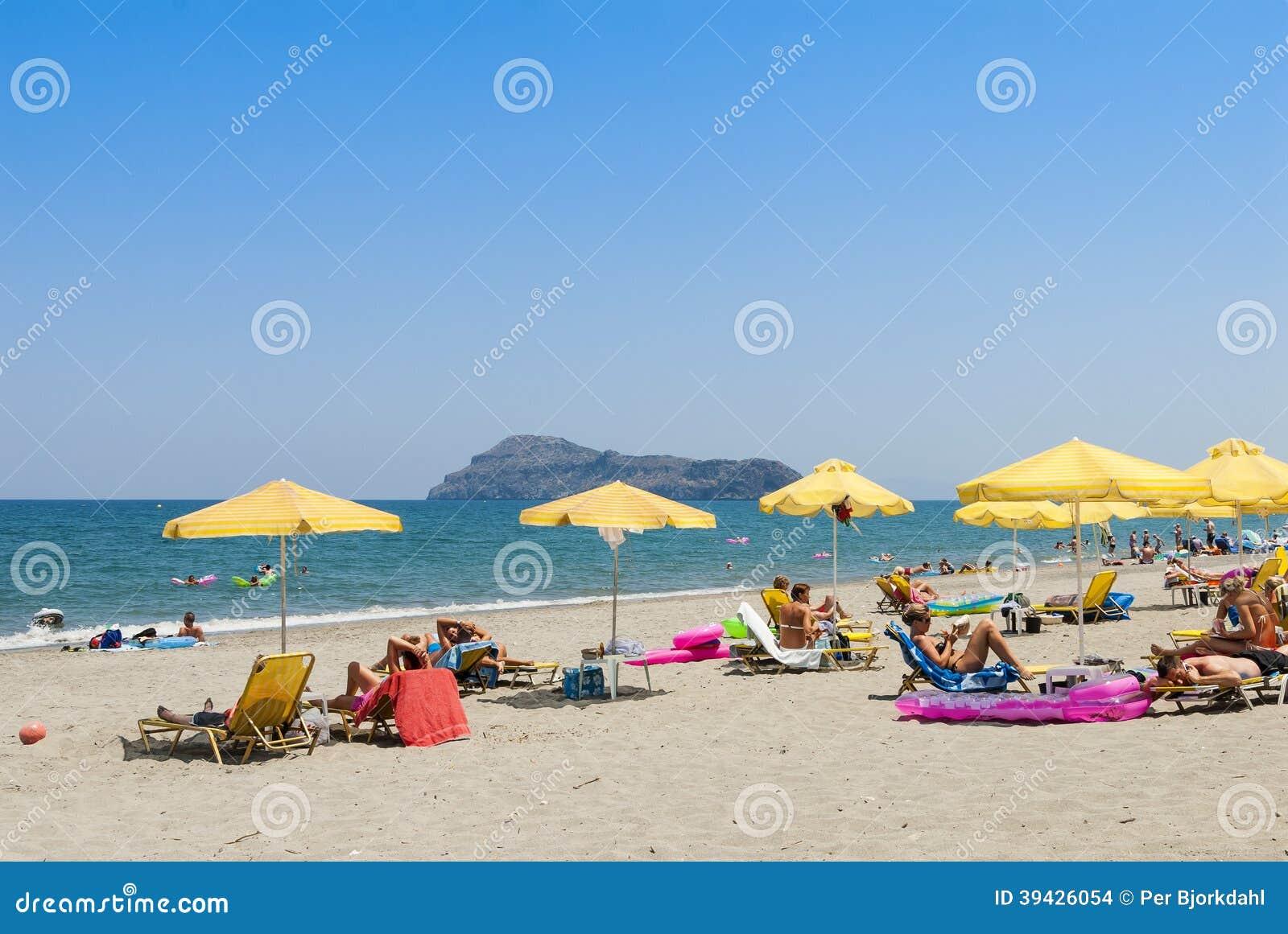 Plataniasstrand met zon parasols en sunloungers