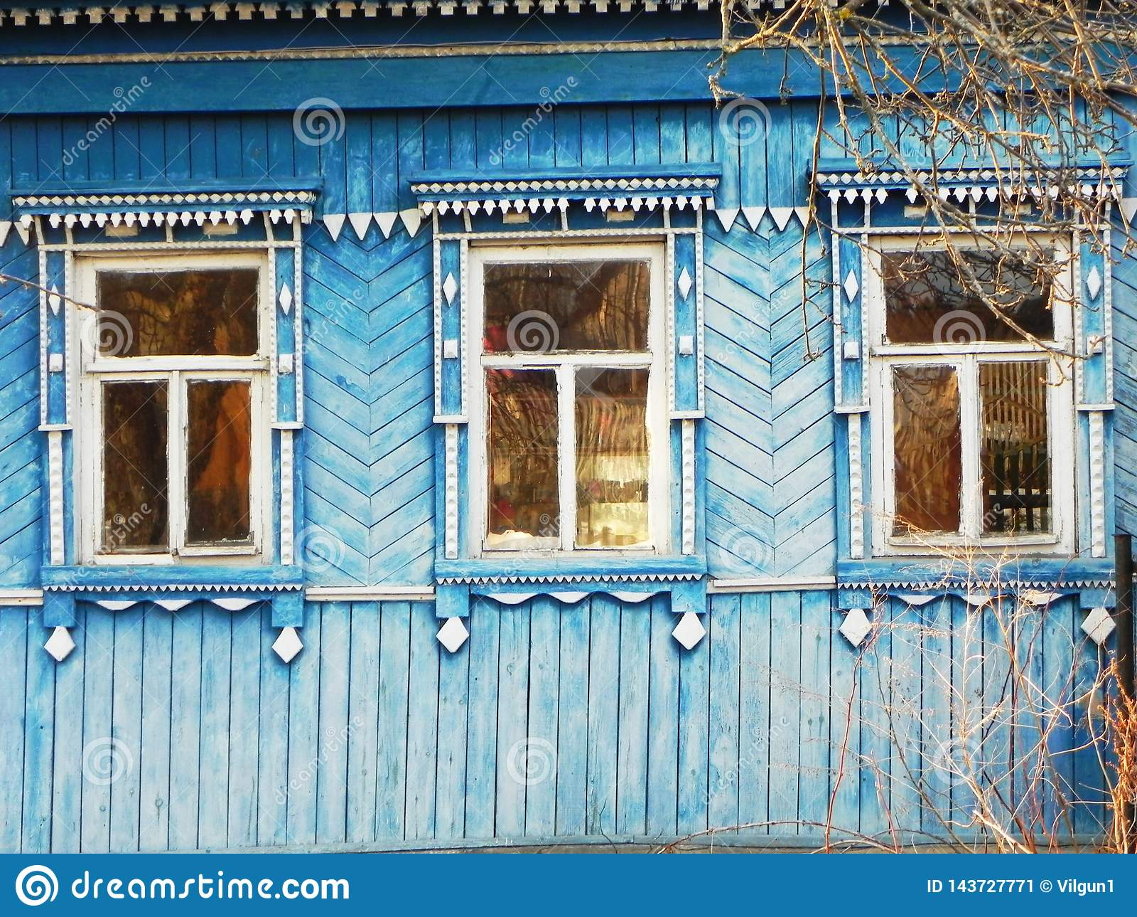 Platbands w starej wiosce, Rosyjska wioska w głąb lądu Rosja,