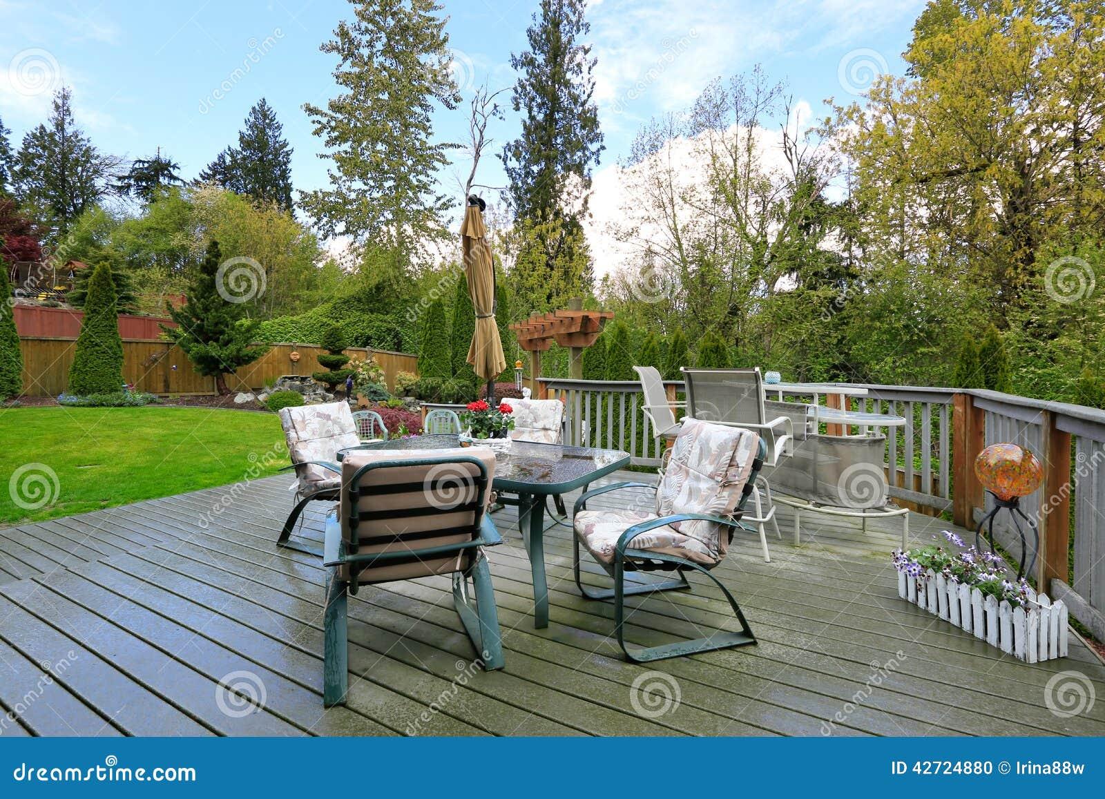 Plate forme en bois avec l 39 ensemble de table de patio for Plan de plateforme patio