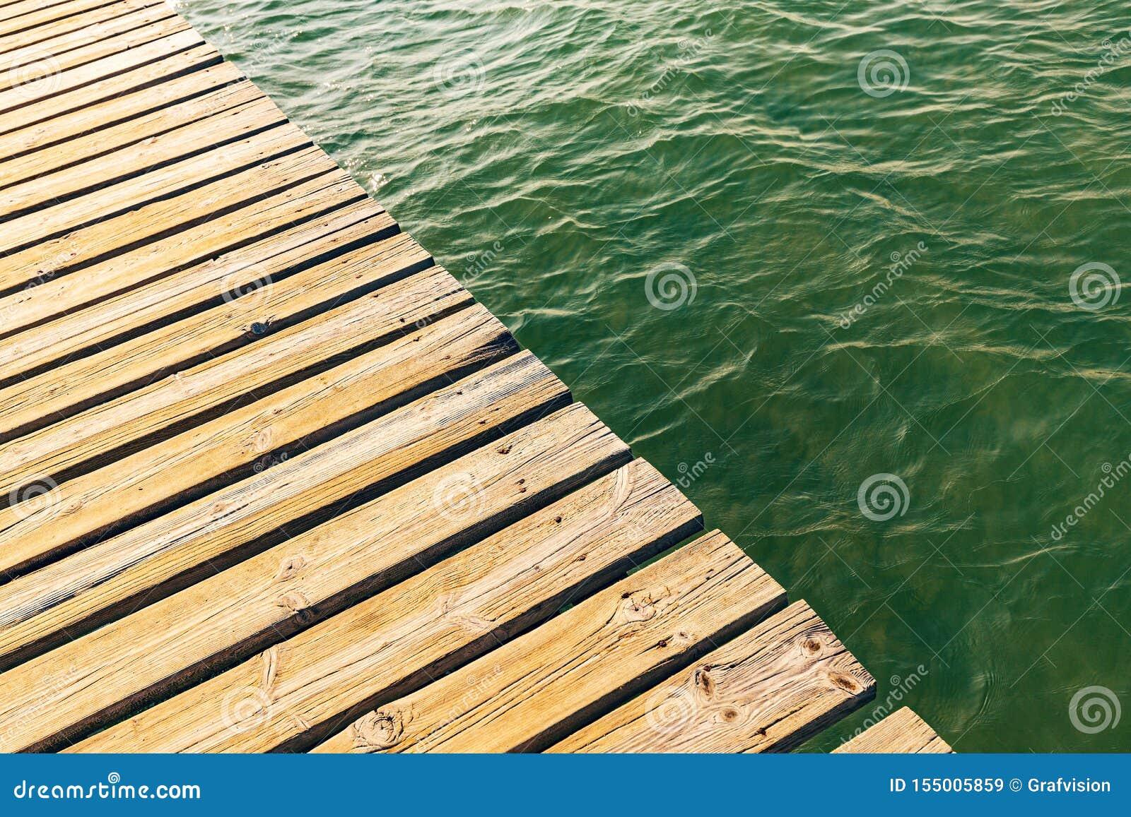 Plate-forme en bois de poolside