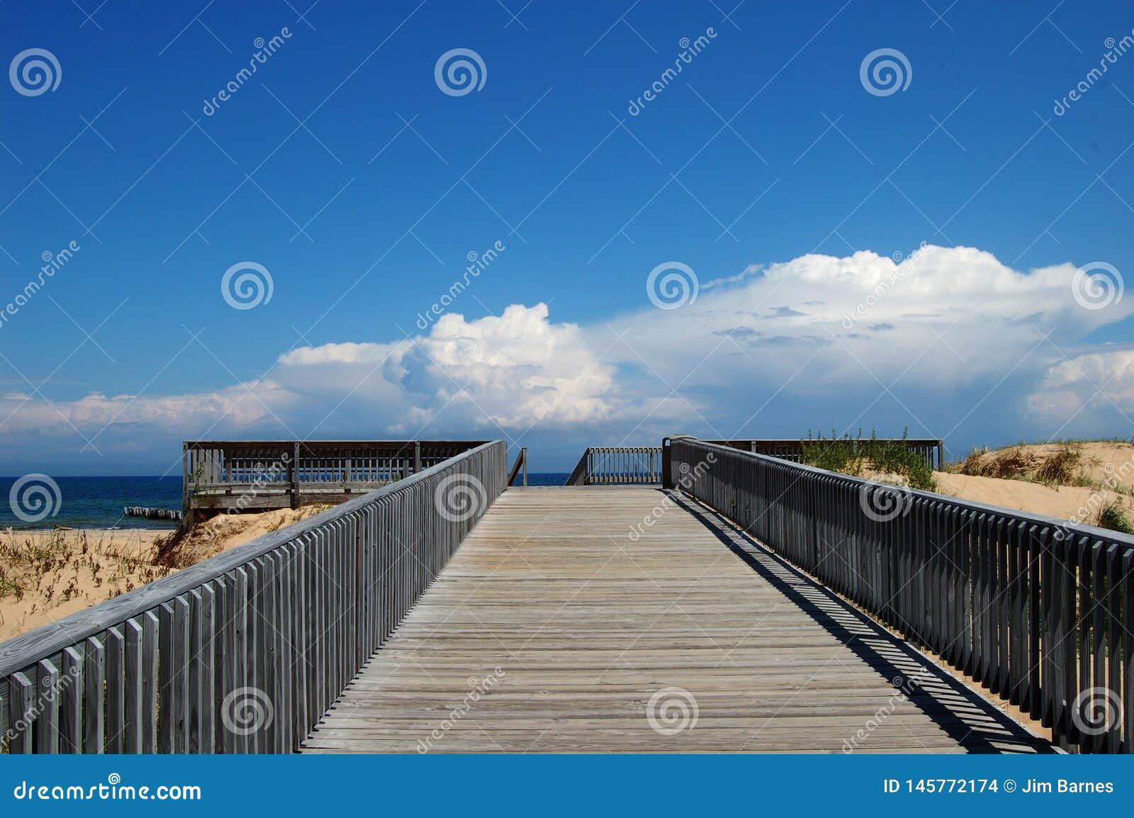 Plate-forme en bois sur le lac Supérieur avec un backgorund bleu nuages blancs