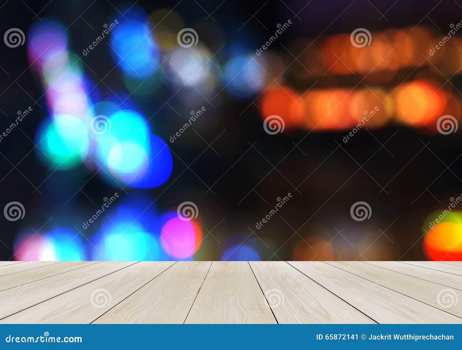 Plate-forme en bois vide de perspective avec la tache floue abstraite de scintillement Bokeh d arc-en-ciel employé comme calibre