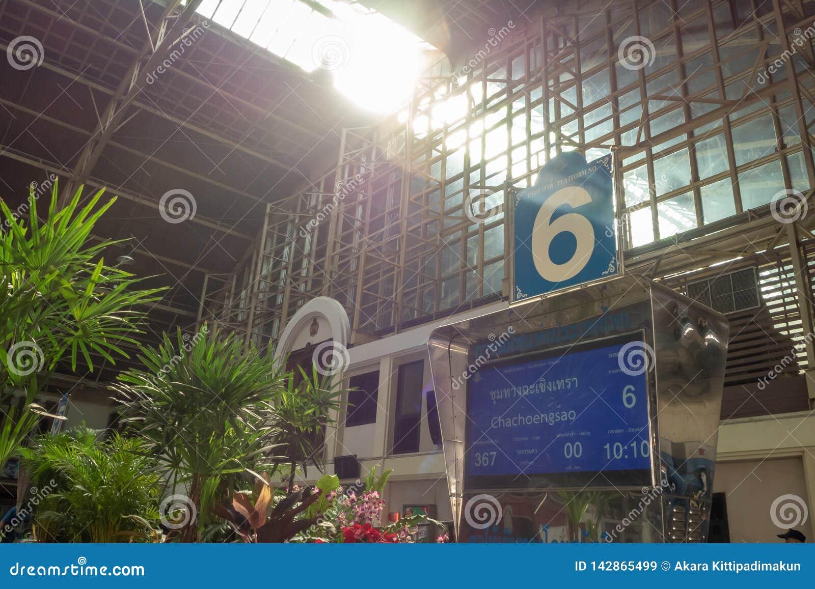 Plate-forme numéro 6 dans la gare ferroviaire