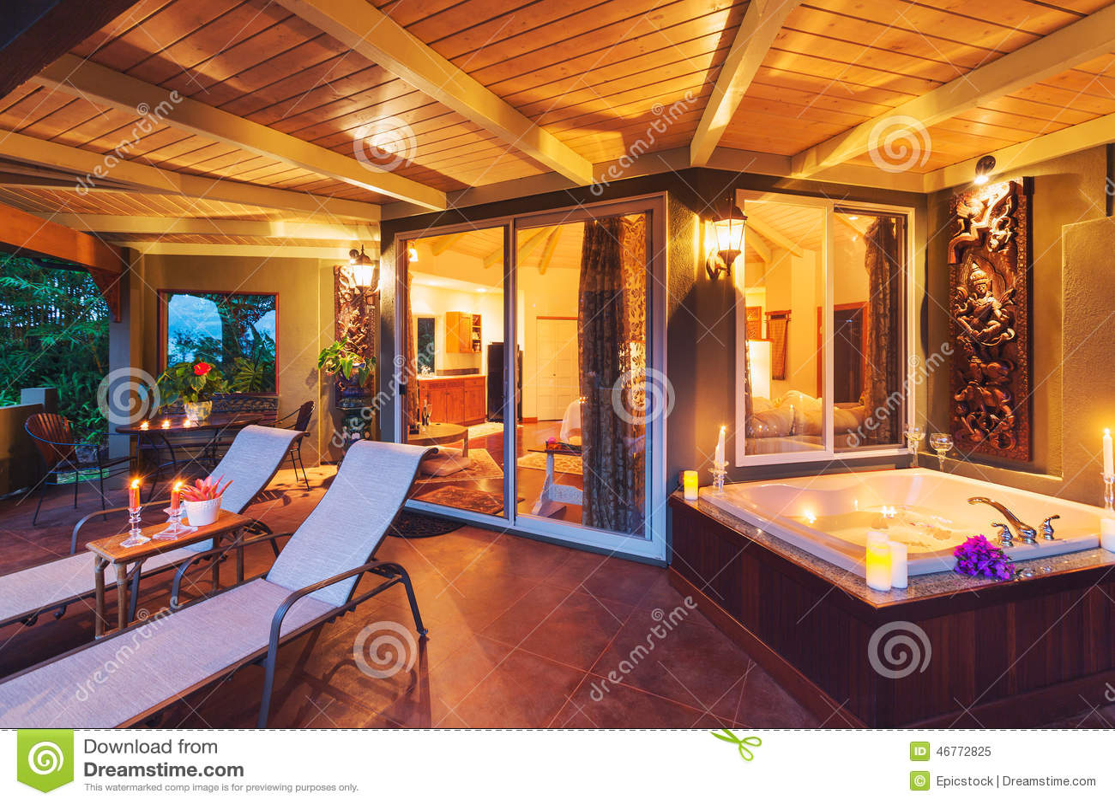 Plate forme romantique sur la maison tropicale avec la - La maison de la bougie ...