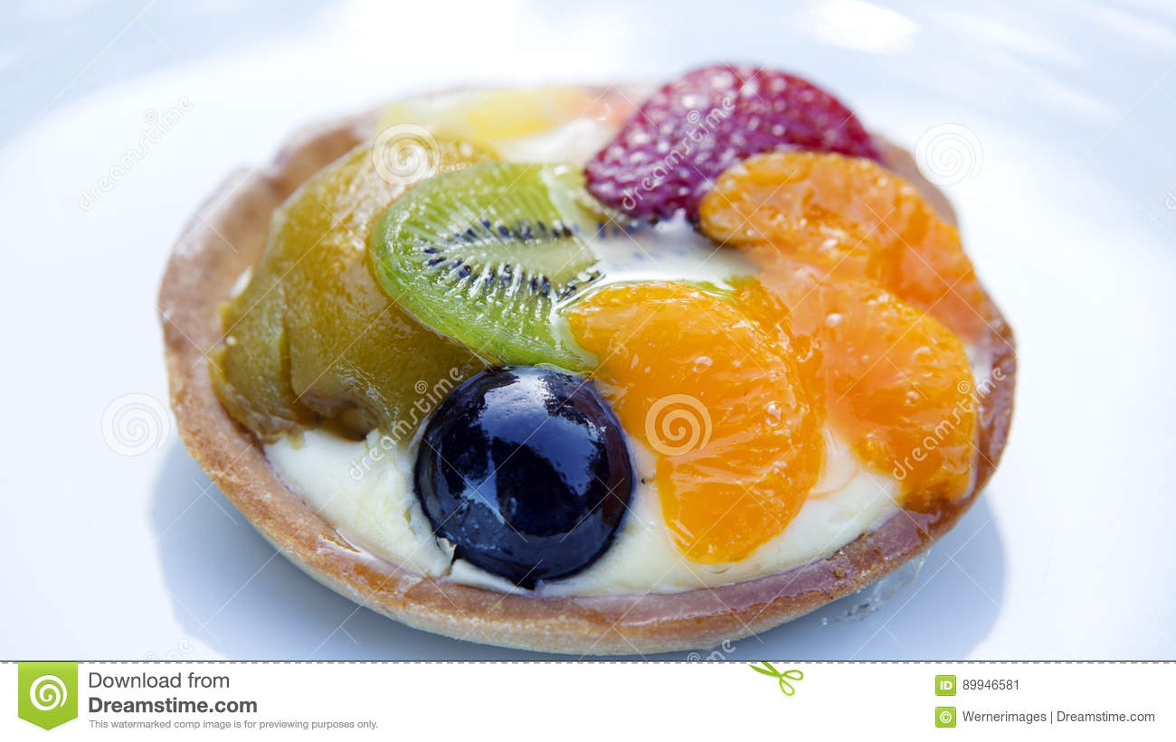 Plate with round fruit tart